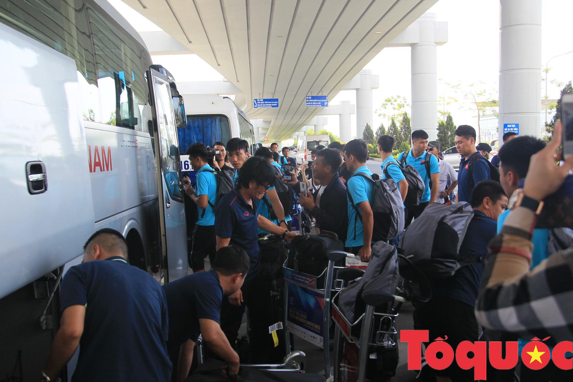 Á quân Kings Cup ĐT Việt Nam trở về rạng ngời, náo loạn sân bay Nội Bài - Ảnh 9.