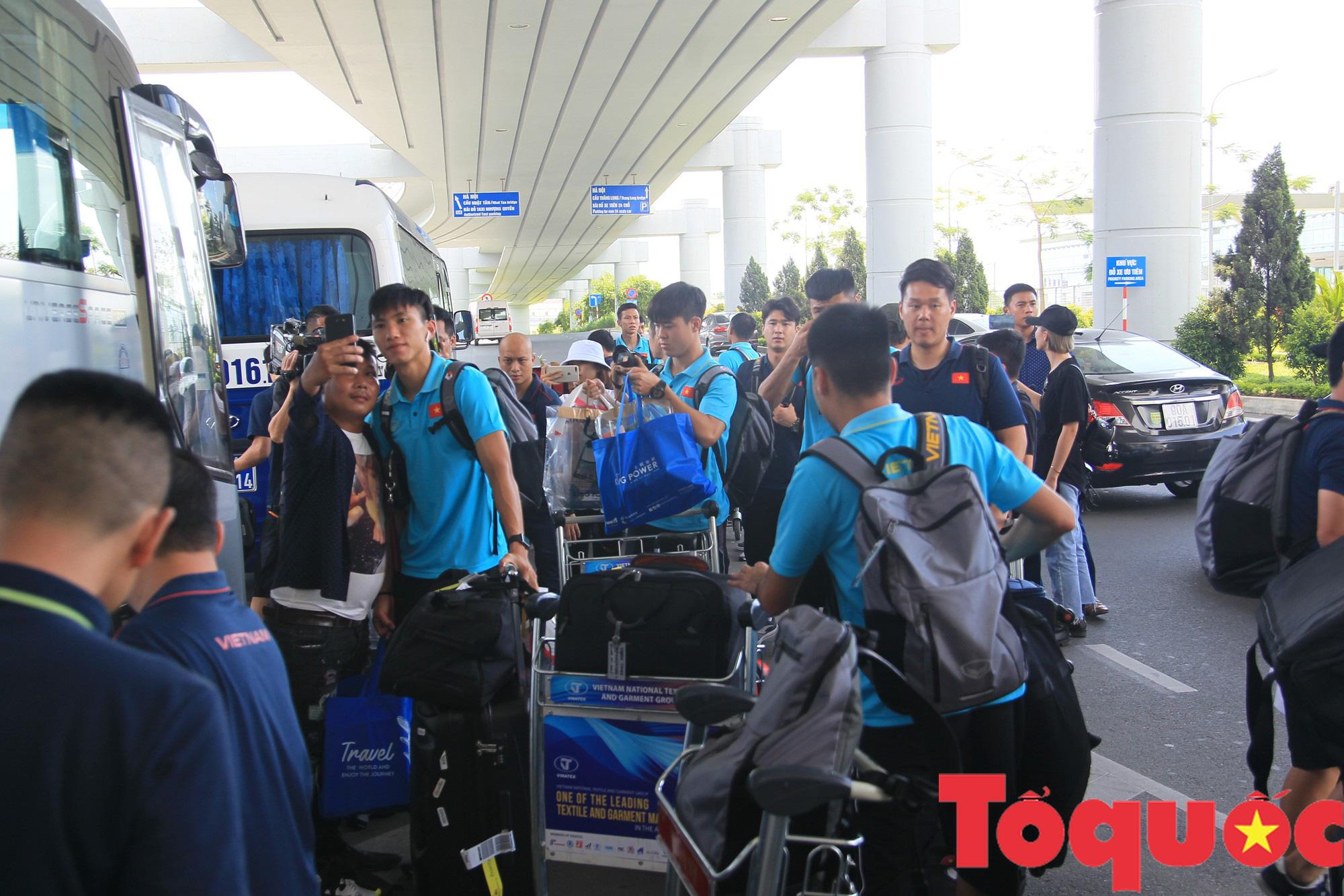 Á quân Kings Cup ĐT Việt Nam trở về rạng ngời, náo loạn sân bay Nội Bài - Ảnh 8.
