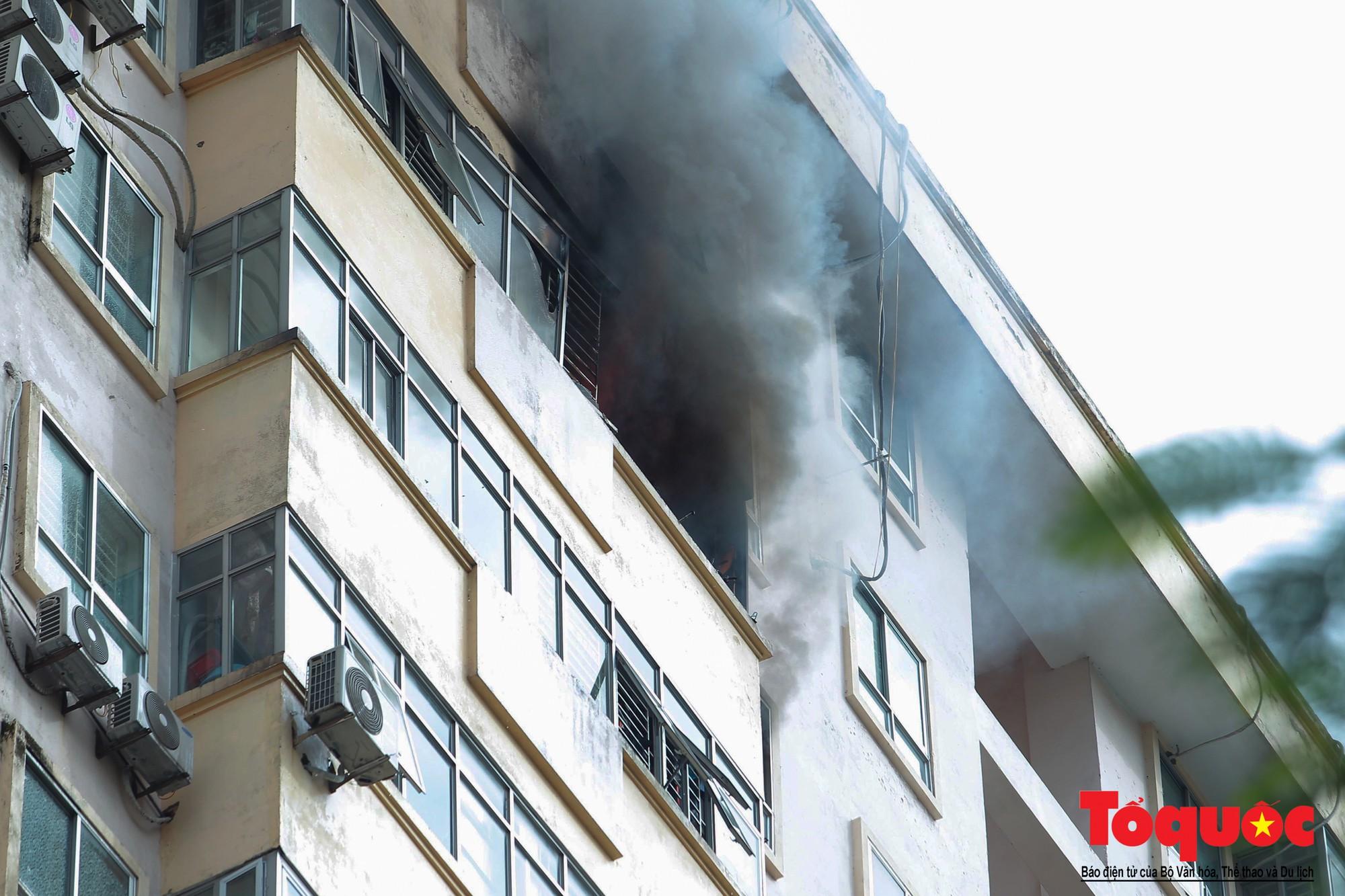 Cháy chung cư B10 Nam Trung Yên, nhiều người hoảng loạn (1)