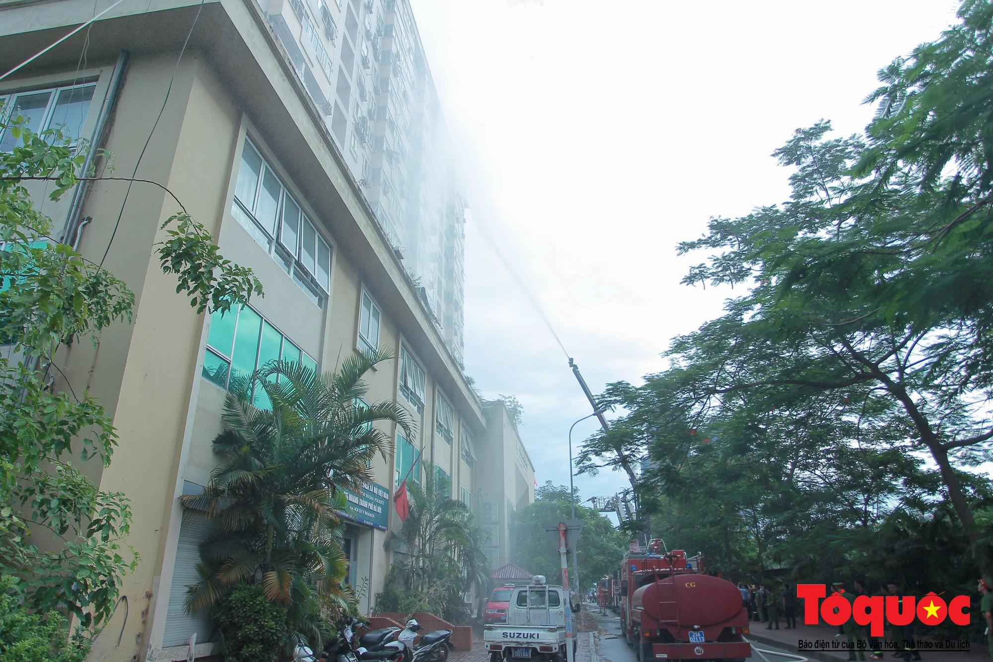 Cháy chung cư B10 Nam Trung Yên, nhiều người hoảng loạn (2)