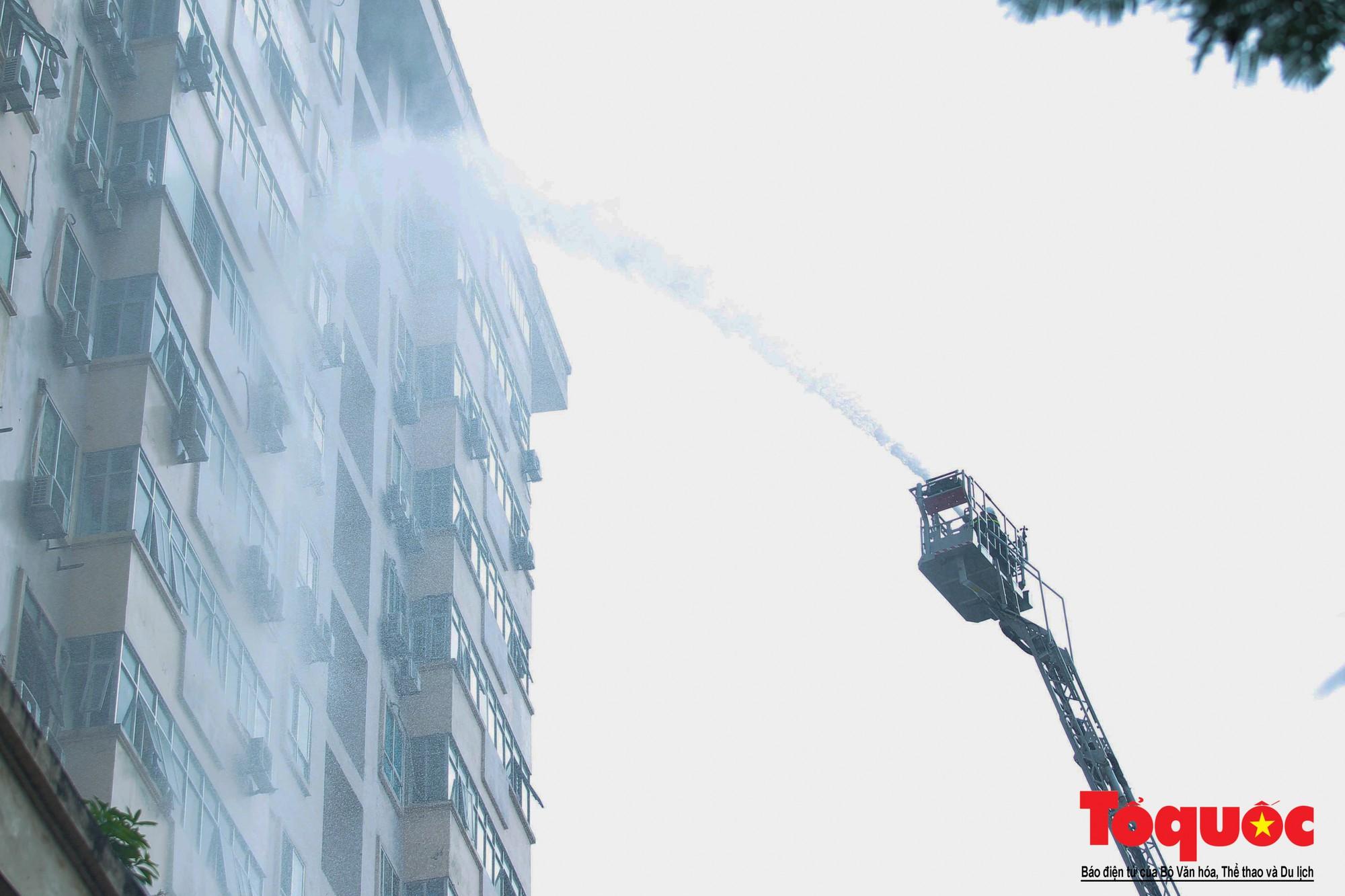 Cháy chung cư B10 Nam Trung Yên, nhiều người hoảng loạn (3)