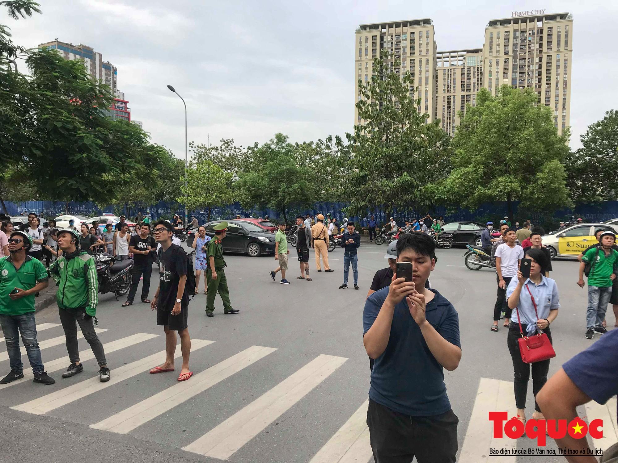 Cháy chung cư B10 Nam Trung Yên, nhiều người hoảng loạn (4)