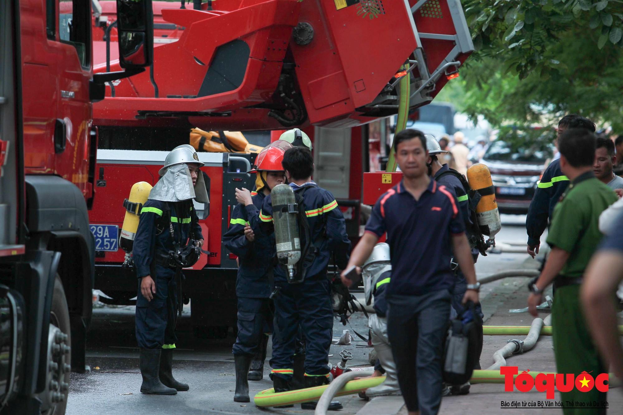 Cháy chung cư B10 Nam Trung Yên, nhiều người hoảng loạn (6)