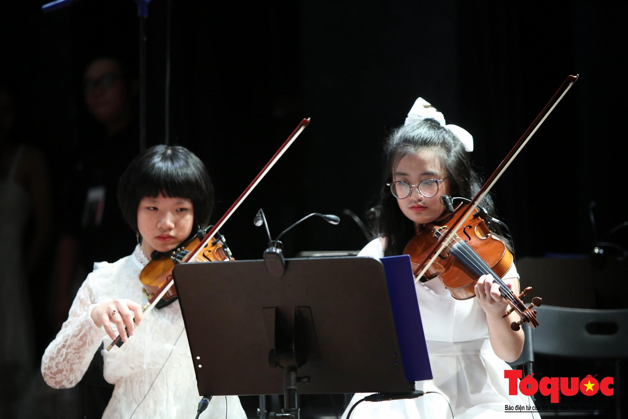 Dàn nhạc giao hưởng nhí đầu tiên của Việt Nam biểu diễn gây quỹ từ thiện (10)