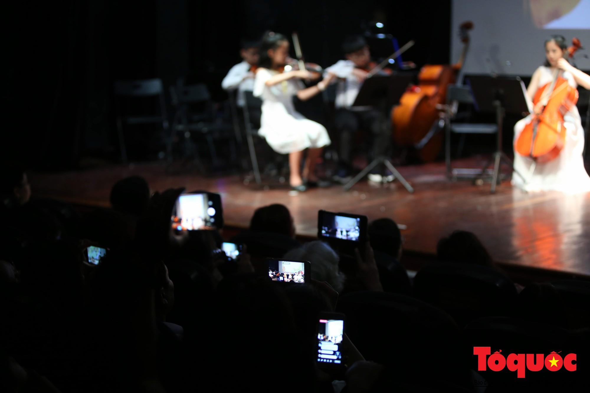 Dàn nhạc giao hưởng nhí đầu tiên của Việt Nam biểu diễn gây quỹ từ thiện (13)