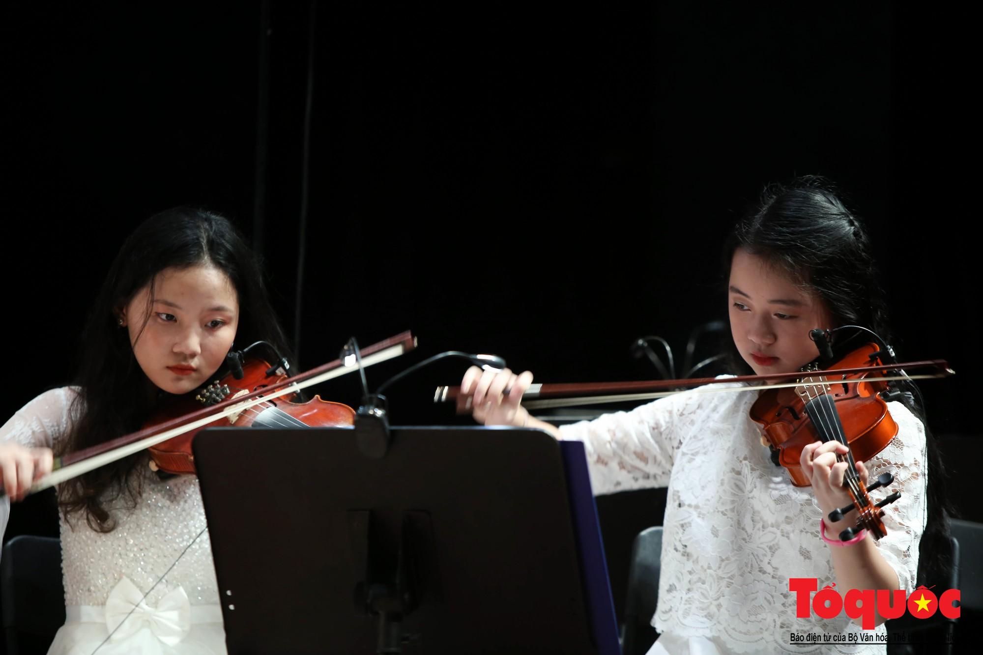 Dàn nhạc giao hưởng nhí đầu tiên của Việt Nam biểu diễn gây quỹ từ thiện (14)