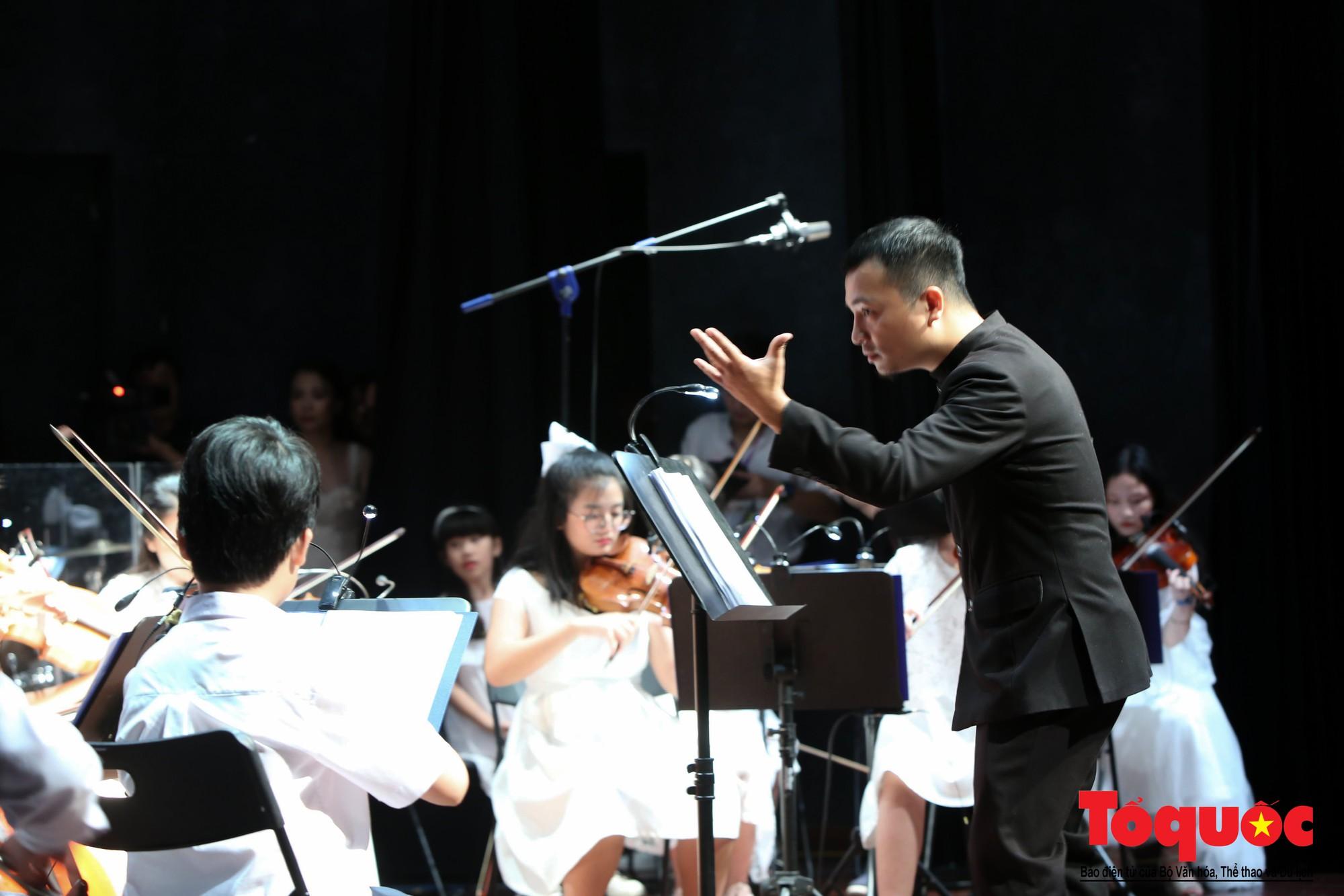 Dàn nhạc giao hưởng nhí đầu tiên của Việt Nam biểu diễn gây quỹ từ thiện (16)