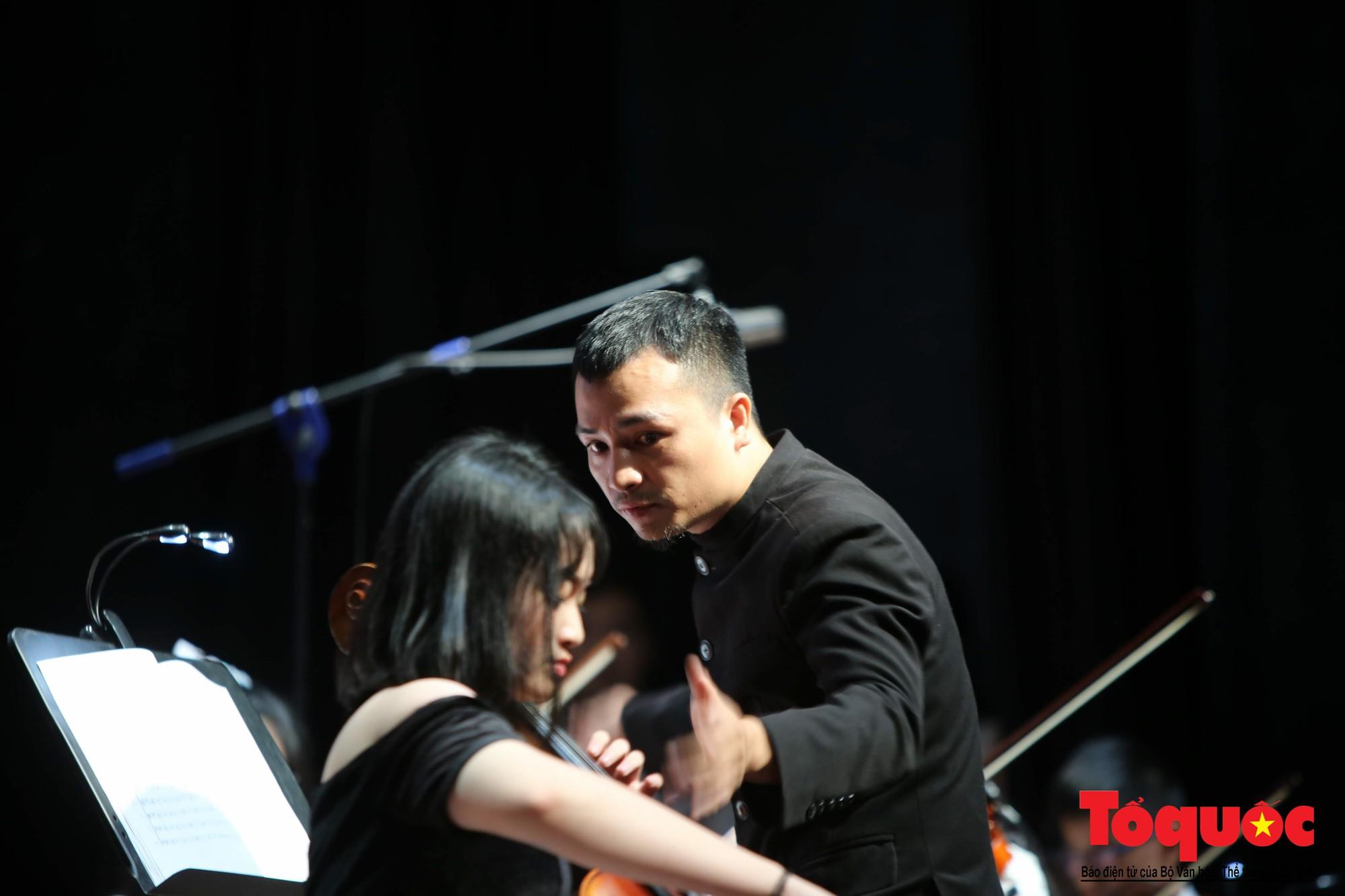 Dàn nhạc giao hưởng nhí đầu tiên của Việt Nam biểu diễn gây quỹ từ thiện (17)