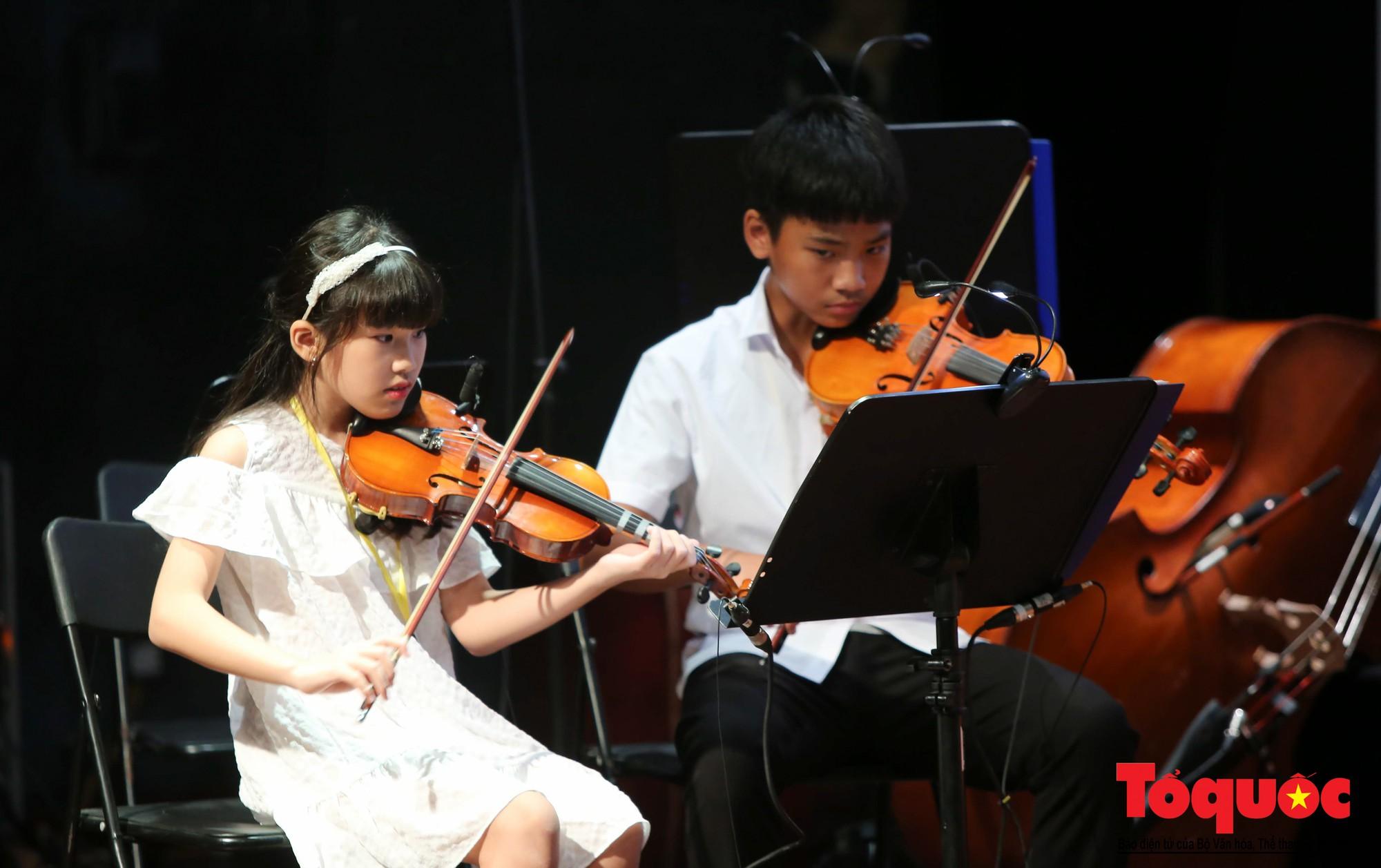 Dàn nhạc giao hưởng nhí đầu tiên của Việt Nam biểu diễn gây quỹ từ thiện (3)