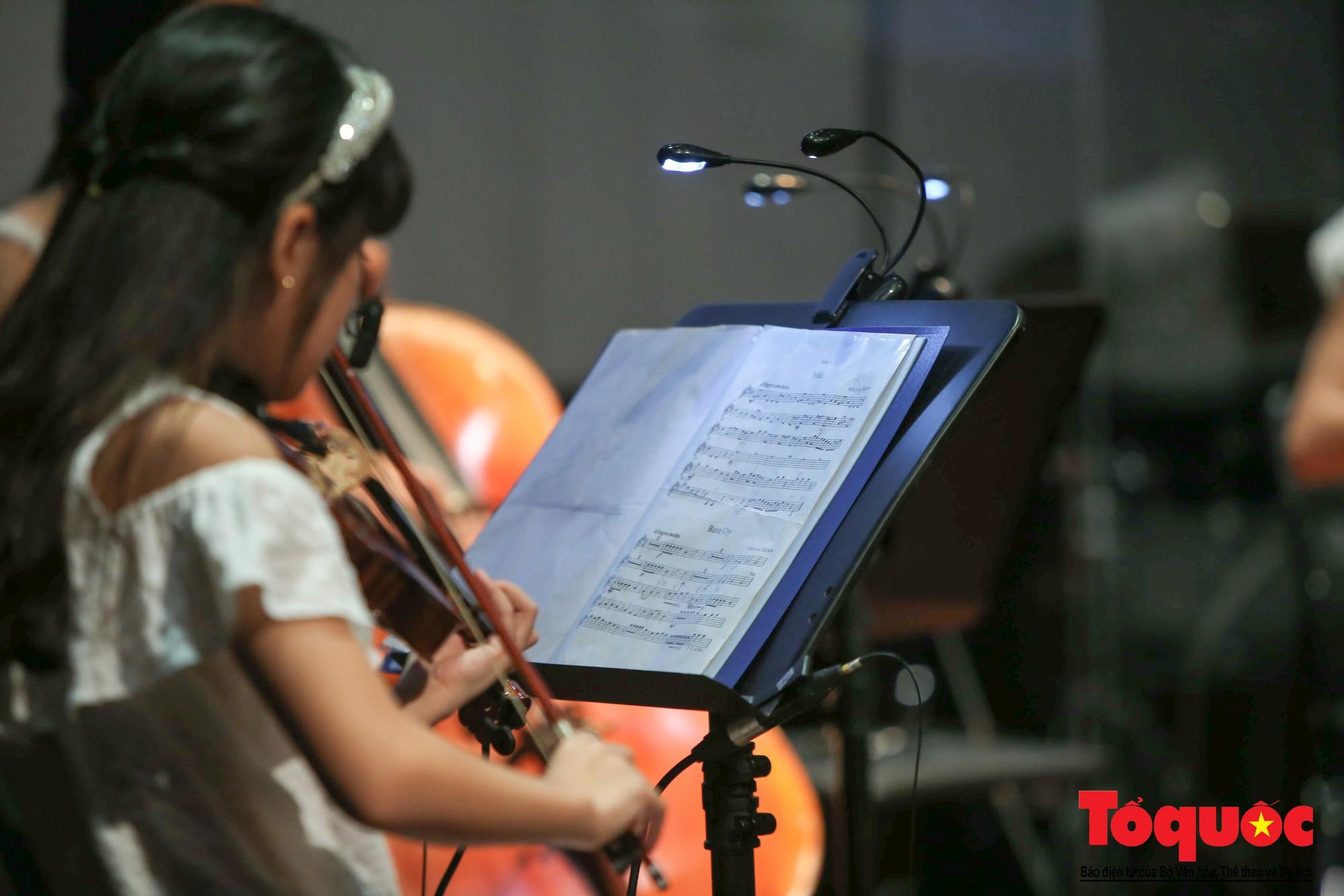 Dàn nhạc giao hưởng nhí đầu tiên của Việt Nam biểu diễn gây quỹ từ thiện (4)