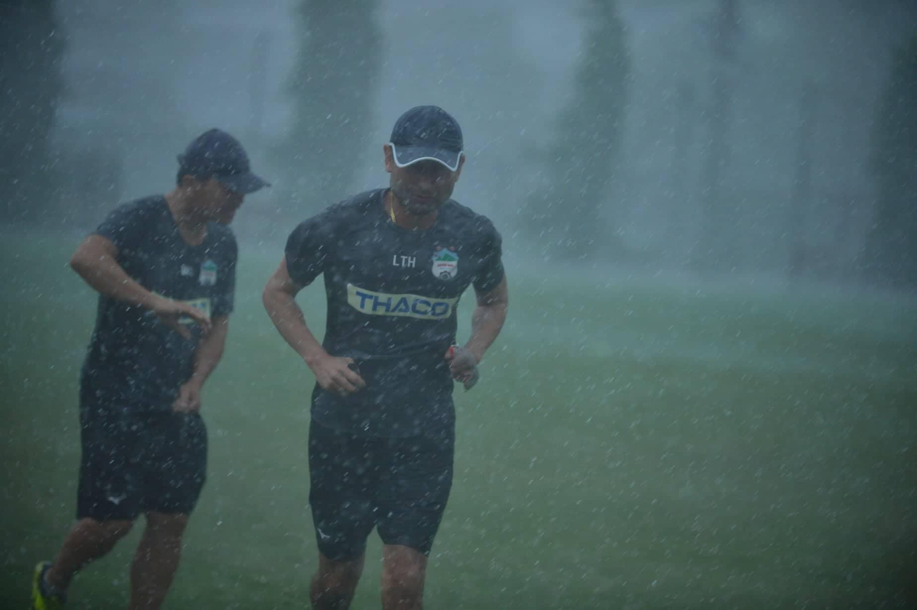Ảnh 6 HLV Lee Tae-hoon chạy mưa