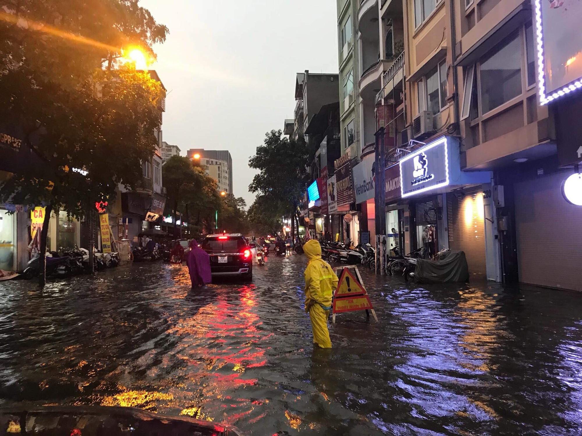 Hà Nội: Mưa lớn bất chật, nhiều tuyến phố ngập sâu trong nước1