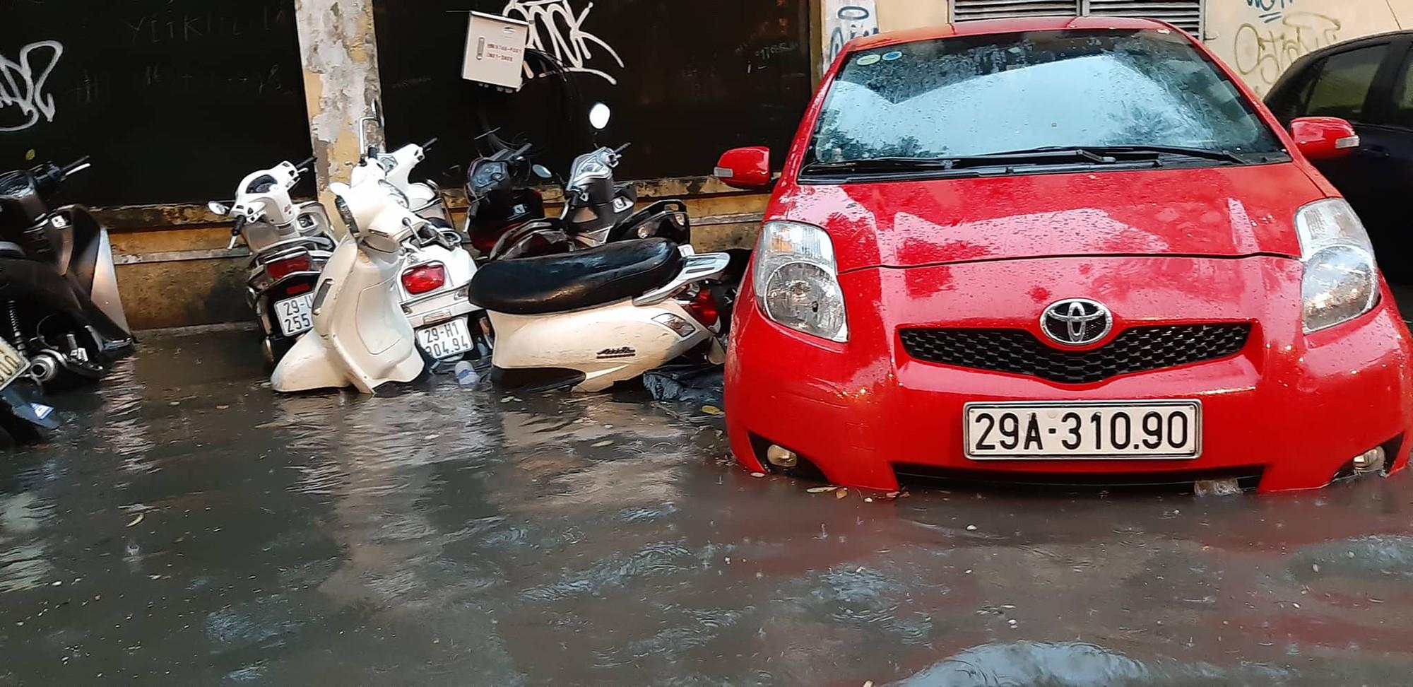 Hà Nội: Mưa lớn bất chật, nhiều tuyến phố ngập sâu trong nước10