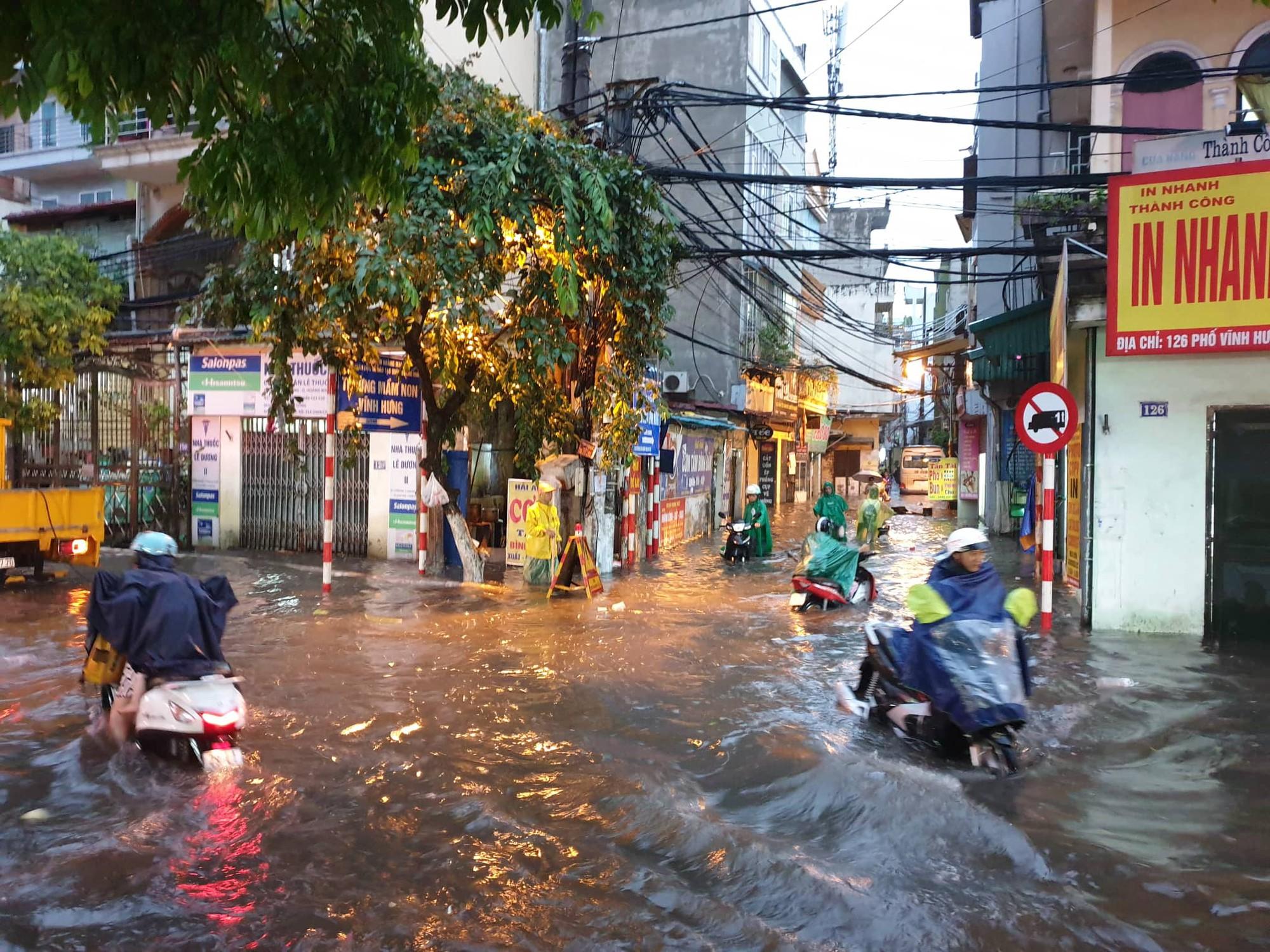 Hà Nội: Mưa lớn bất chật, nhiều tuyến phố ngập sâu trong nước2