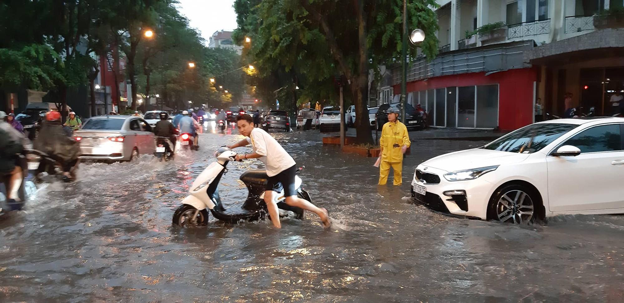 Hà Nội: Mưa lớn bất chật, nhiều tuyến phố ngập sâu trong nước3