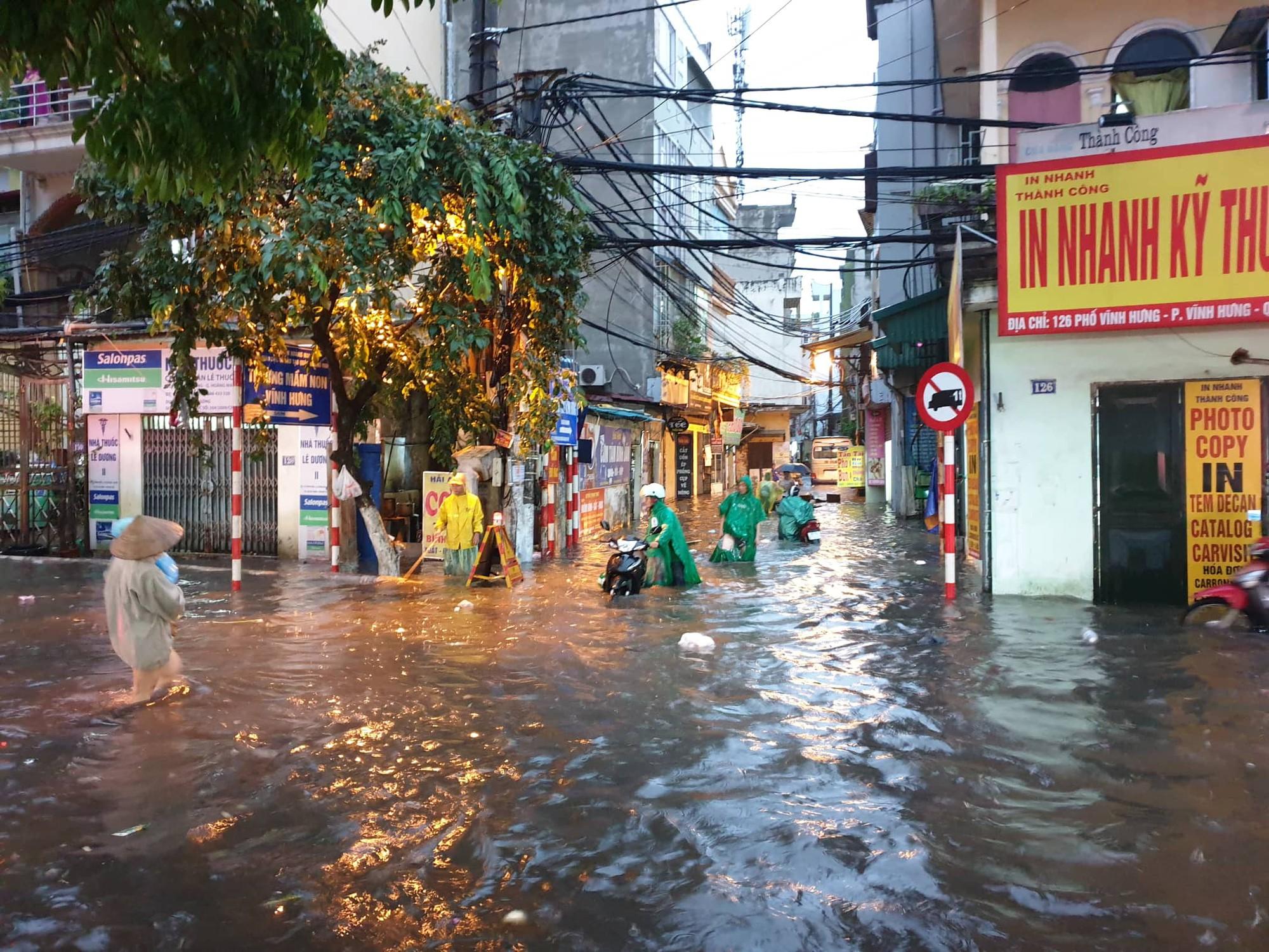 Hà Nội: Mưa lớn bất chật, nhiều tuyến phố ngập sâu trong nước4