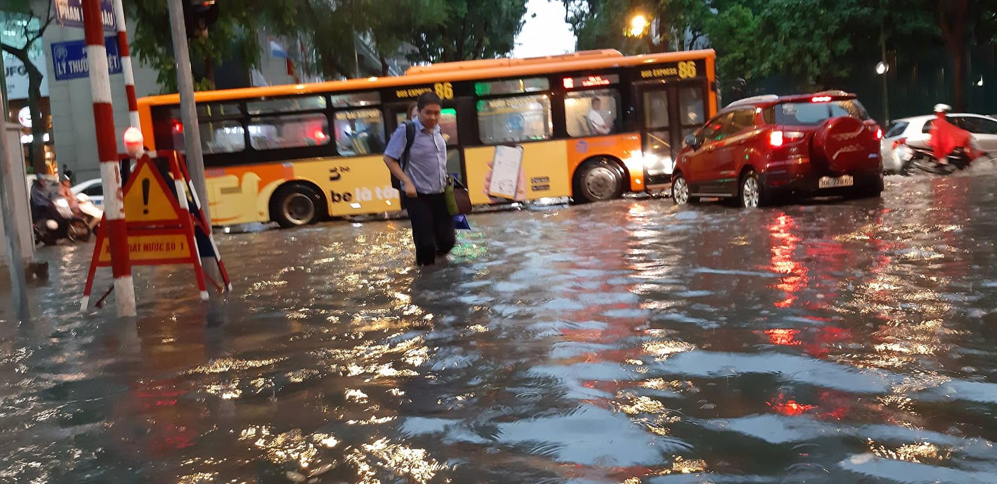 Hà Nội: Mưa lớn bất chật, nhiều tuyến phố ngập sâu trong nước6