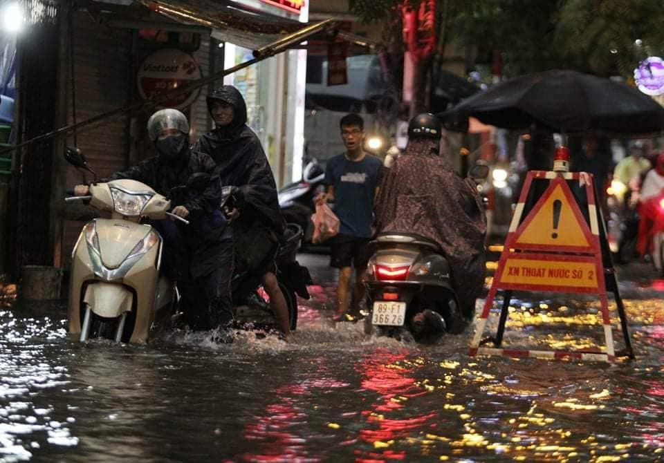 Hà Nội: Mưa lớn bất chật, nhiều tuyến phố ngập sâu trong nước7