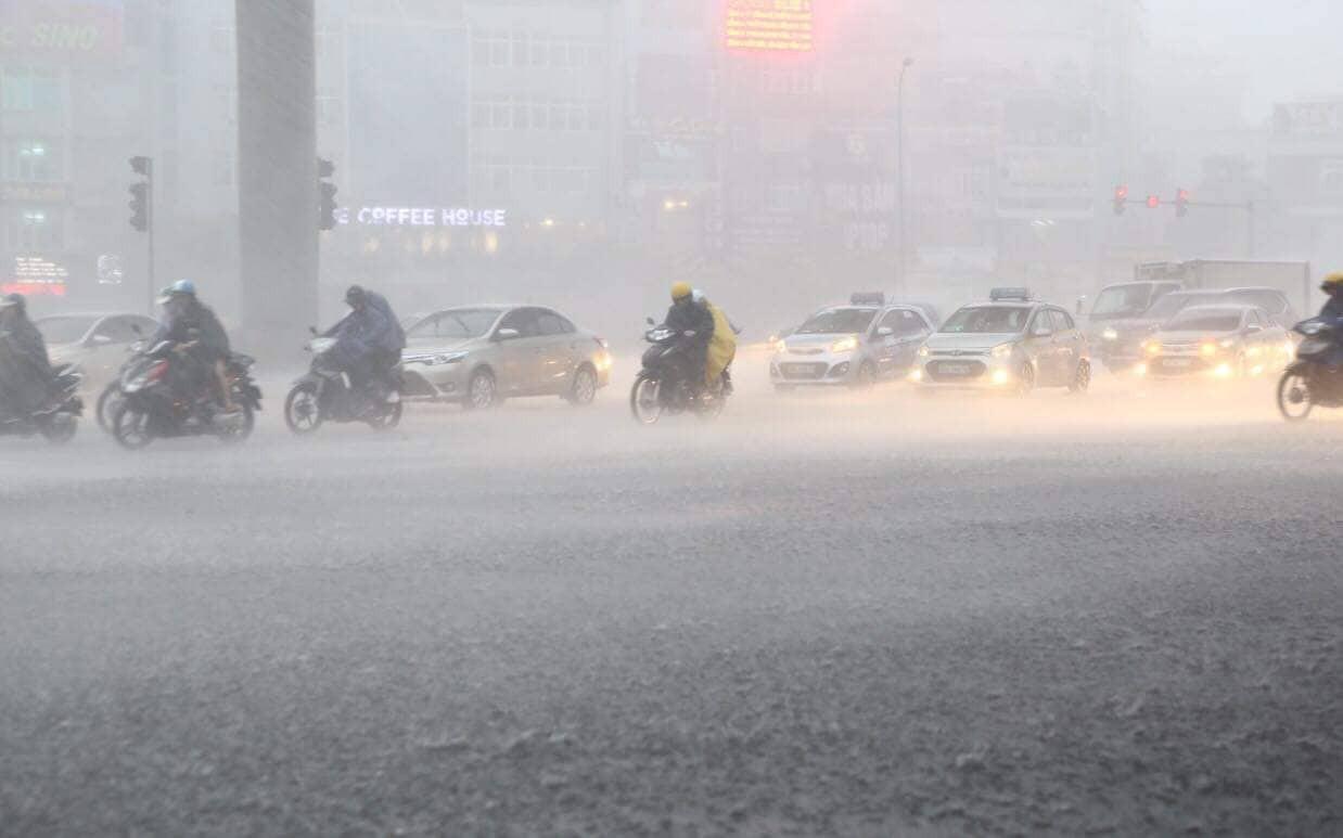 Hà Nội: Mưa lớn bất chật, nhiều tuyến phố ngập sâu trong nước8