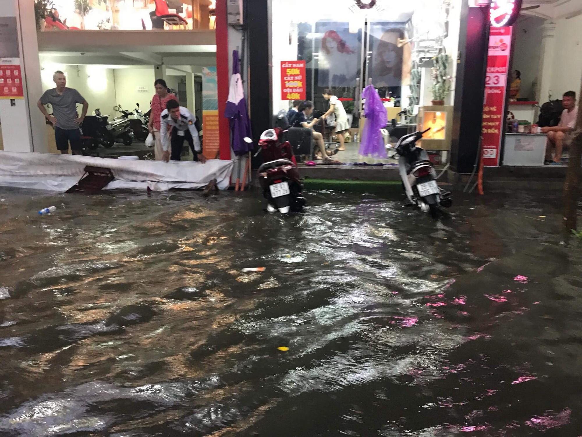 Hà Nội: Mưa lớn bất chật, nhiều tuyến phố ngập sâu trong nước9