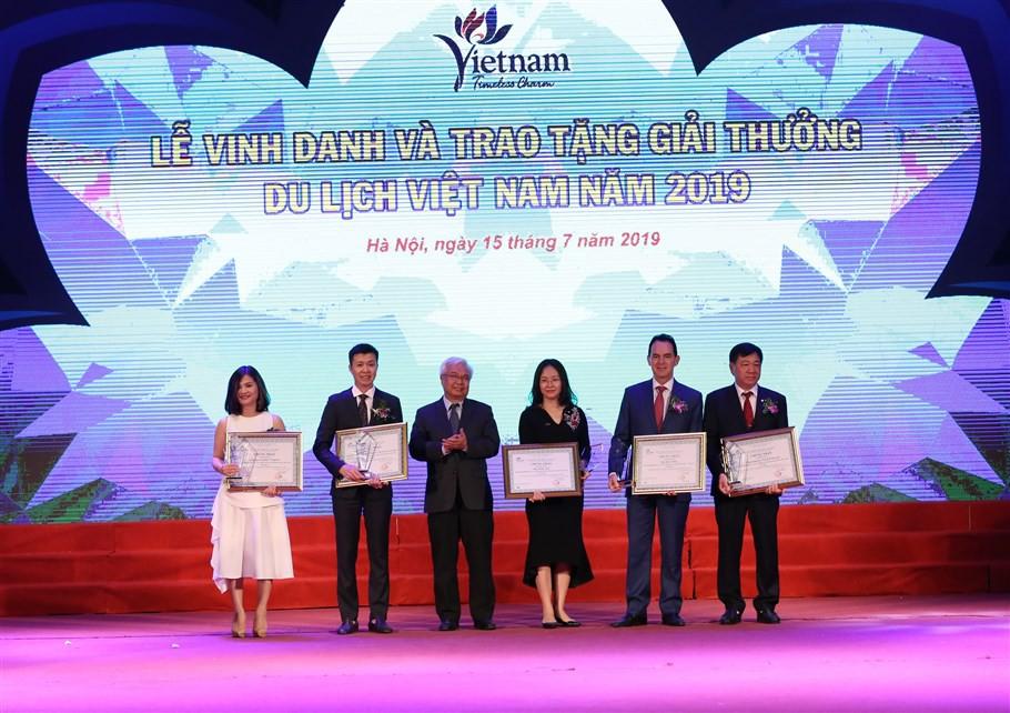 Đại diện Sun Group nhận Giải thưởng Doanh nghiệp đầu tư vào lĩnh vực du lịch hàng đầu Việt Nam 2019 (3)