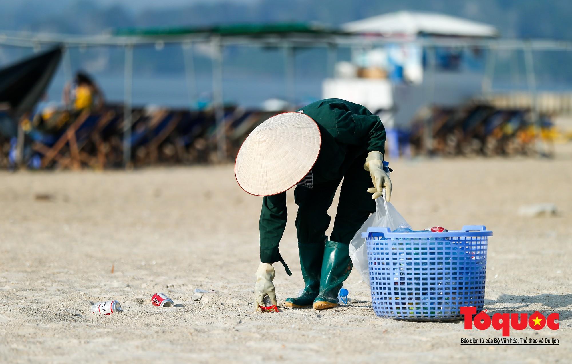 Những người phụ nữ đội lửa dọn rác trên biển Hà Long1