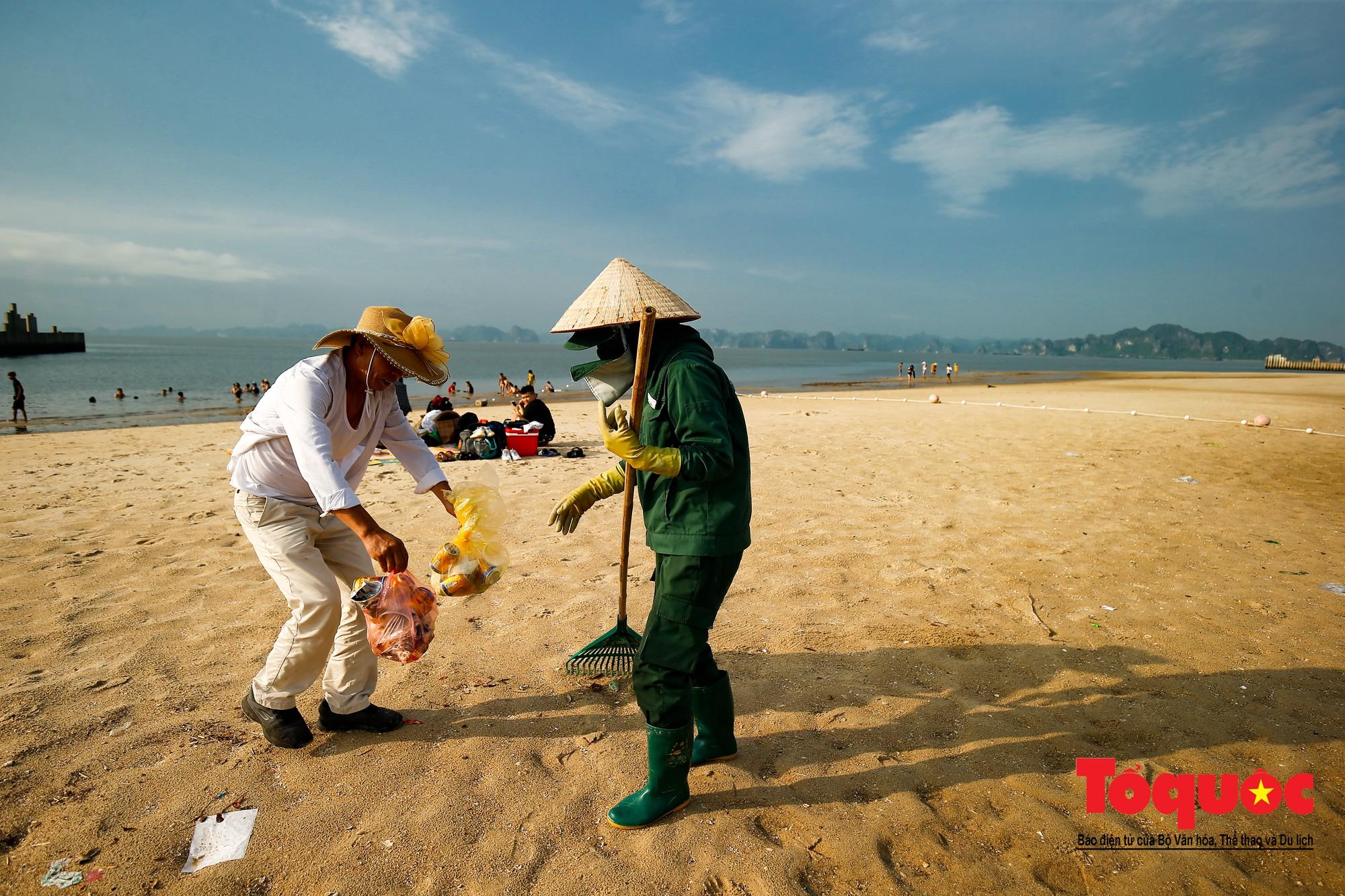 Những người phụ nữ đội lửa dọn rác trên biển Hà Long11