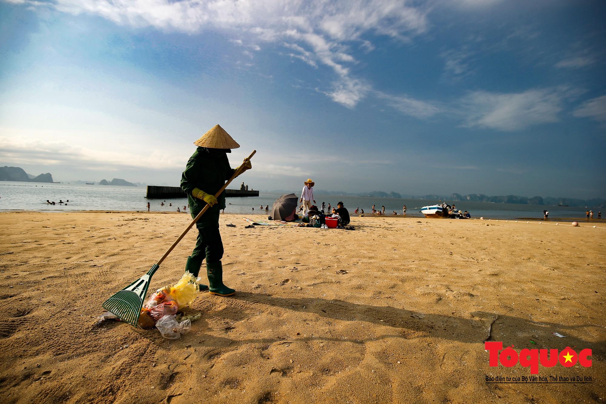Những người phụ nữ đội lửa dọn rác trên biển Hà Long12