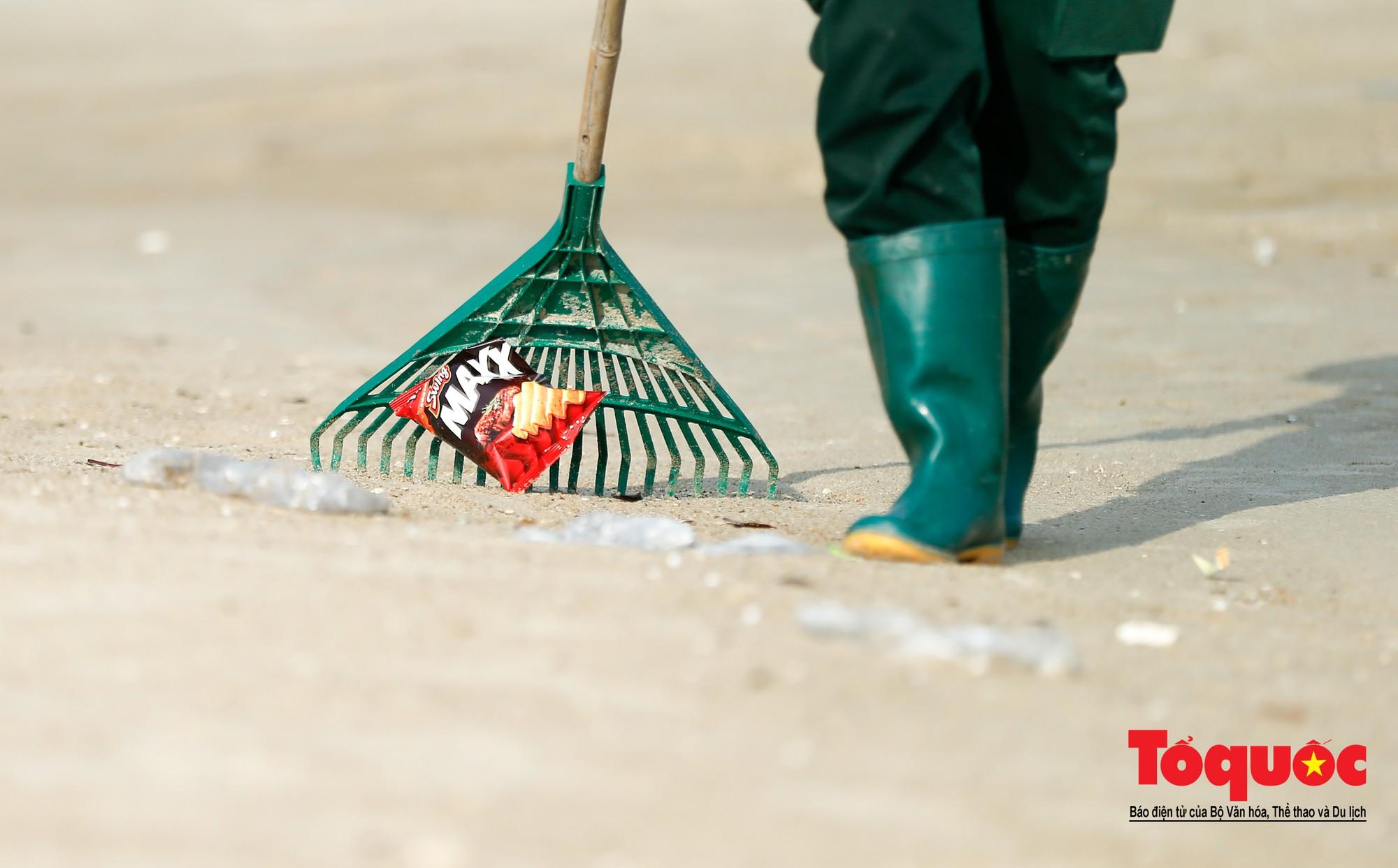 Những người phụ nữ đội lửa dọn rác trên biển Hà Long13