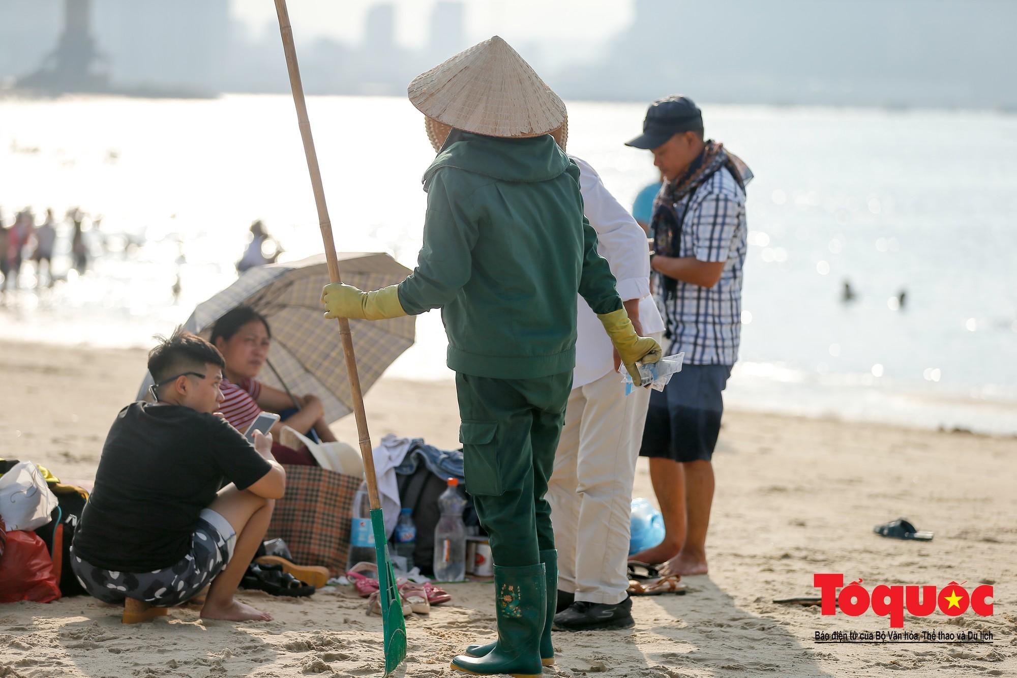 Những người phụ nữ đội lửa dọn rác trên biển Hà Long14