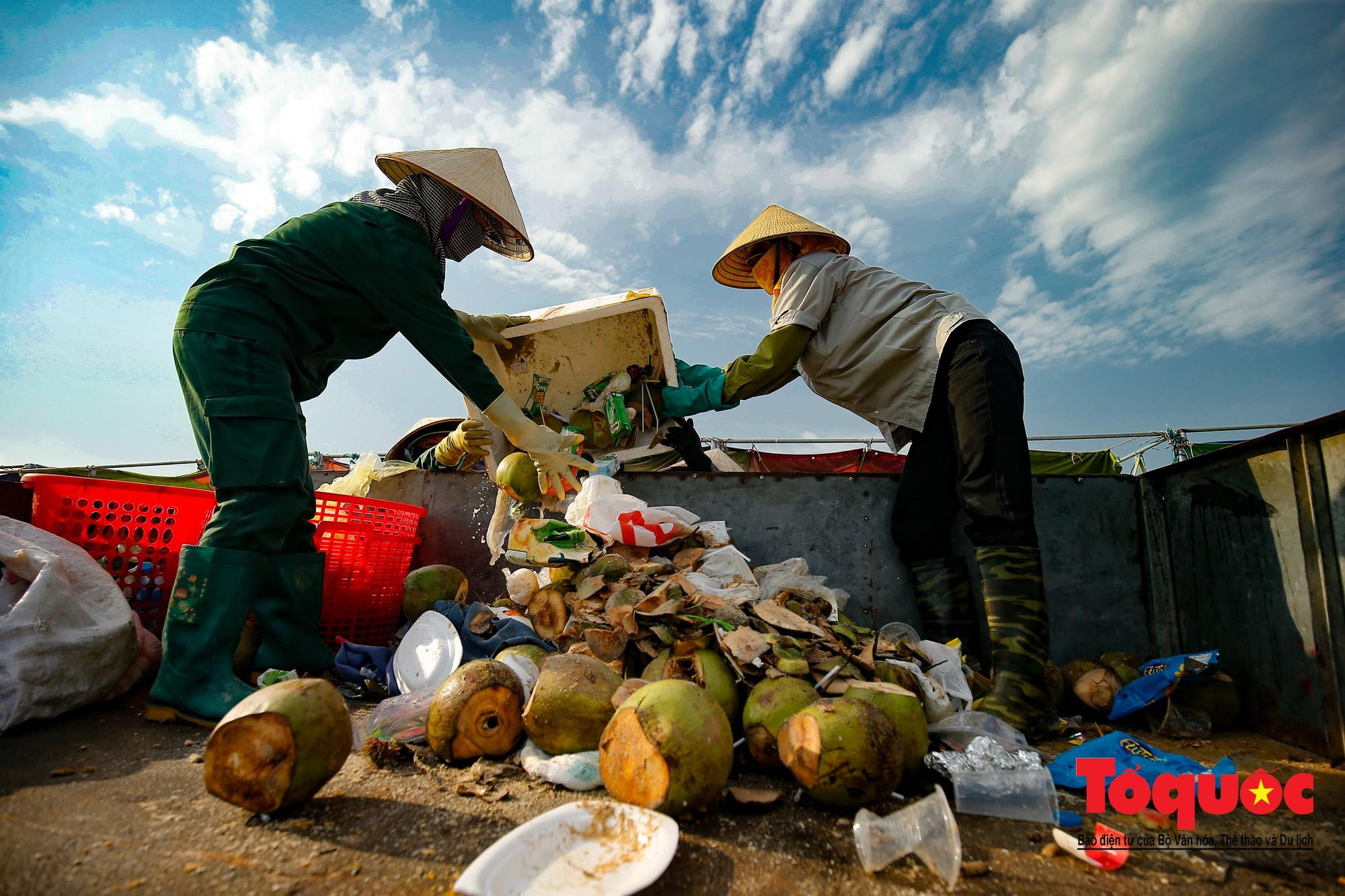Những người phụ nữ đội lửa dọn rác trên biển Hà Long16