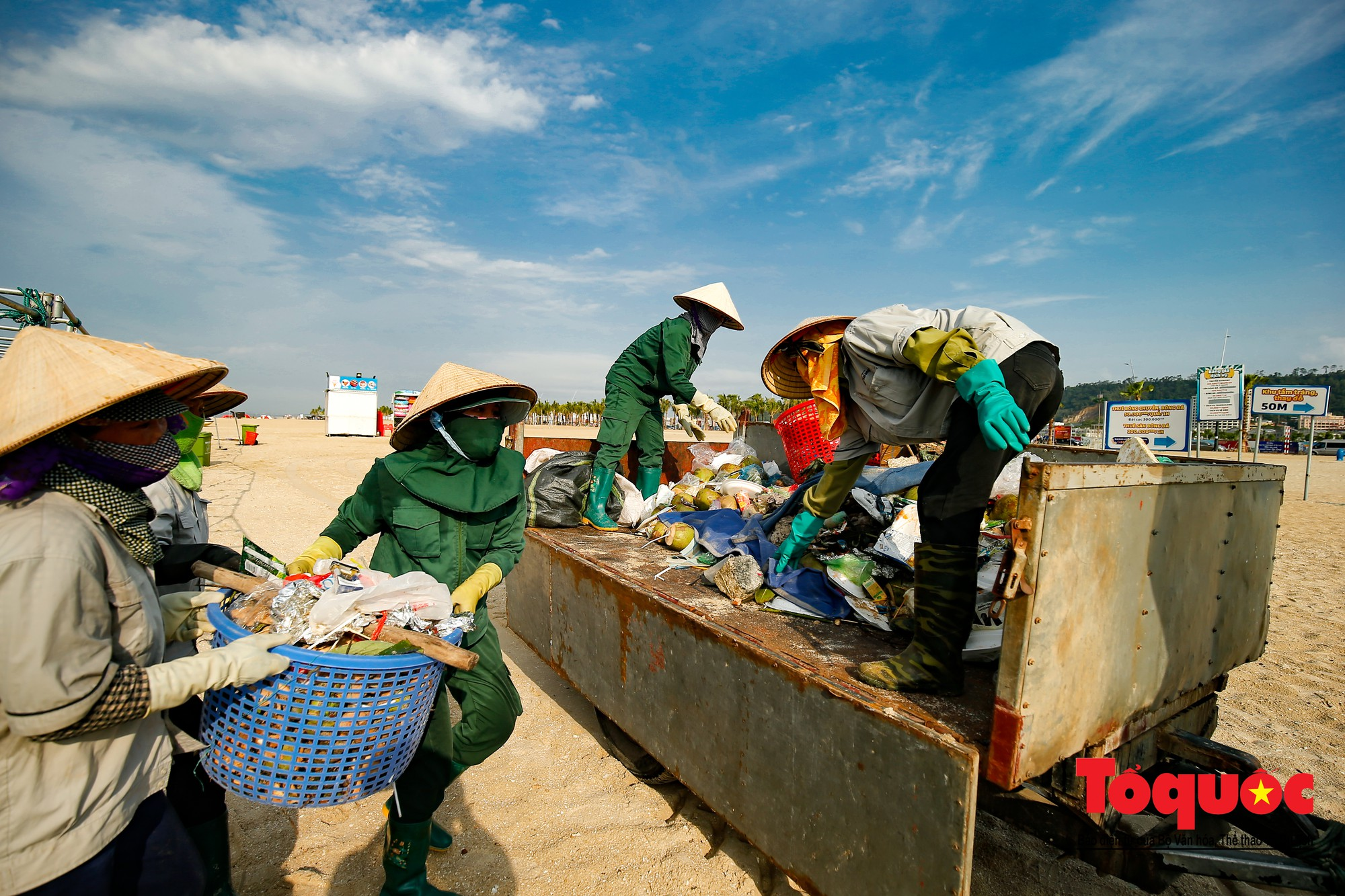 Những người phụ nữ đội lửa dọn rác trên biển Hà Long18