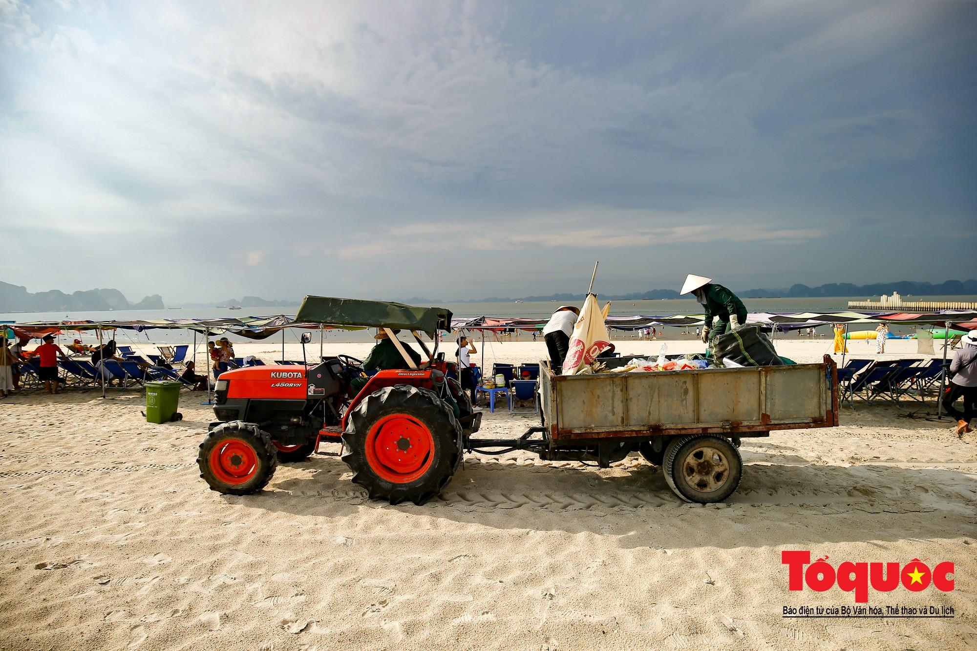 Những người phụ nữ đội lửa dọn rác trên biển Hà Long20