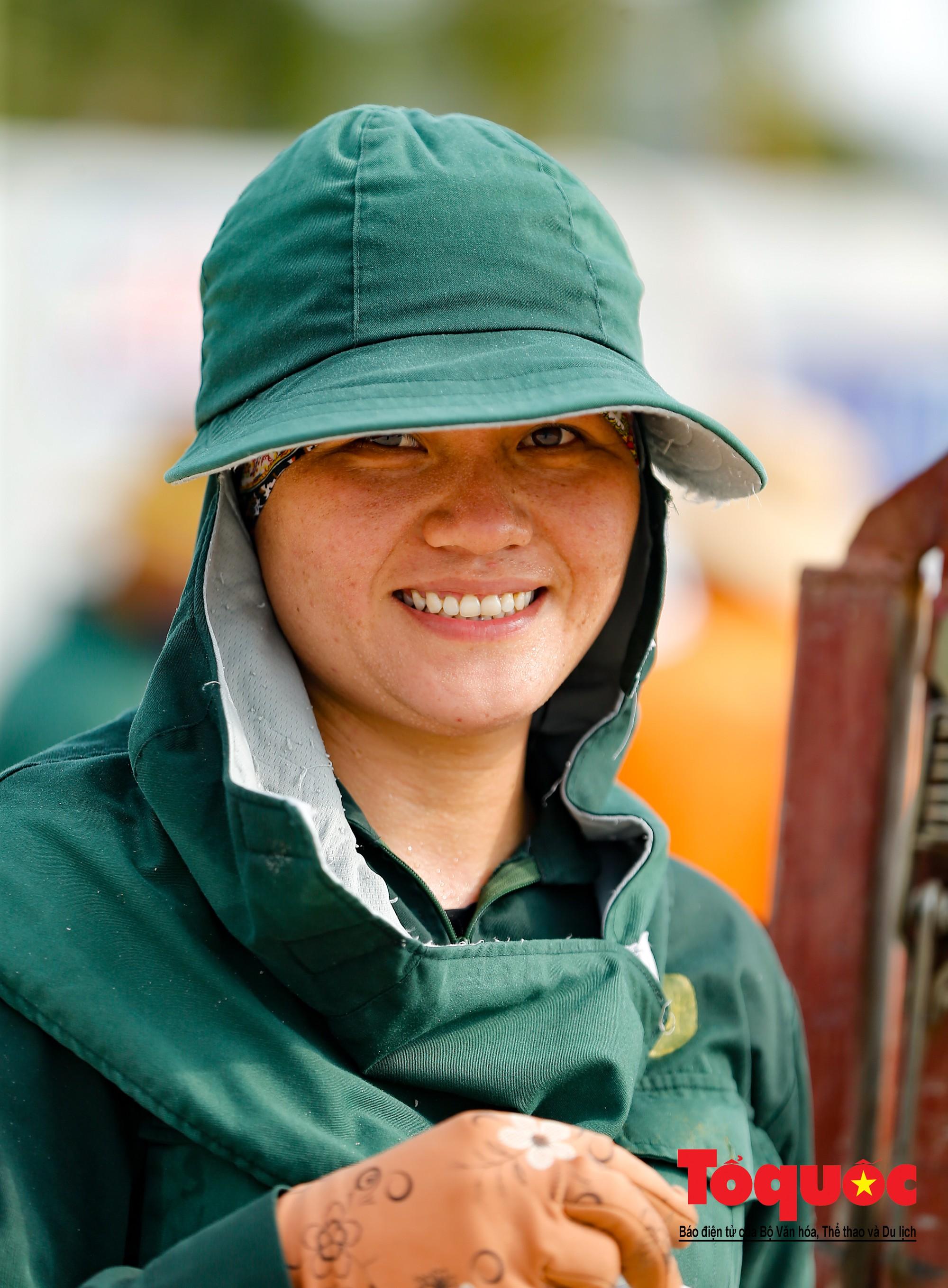 Những người phụ nữ đội lửa dọn rác trên biển Hà Long21