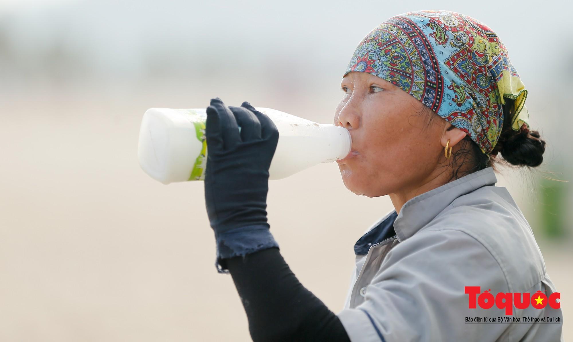Những người phụ nữ đội lửa dọn rác trên biển Hà Long22
