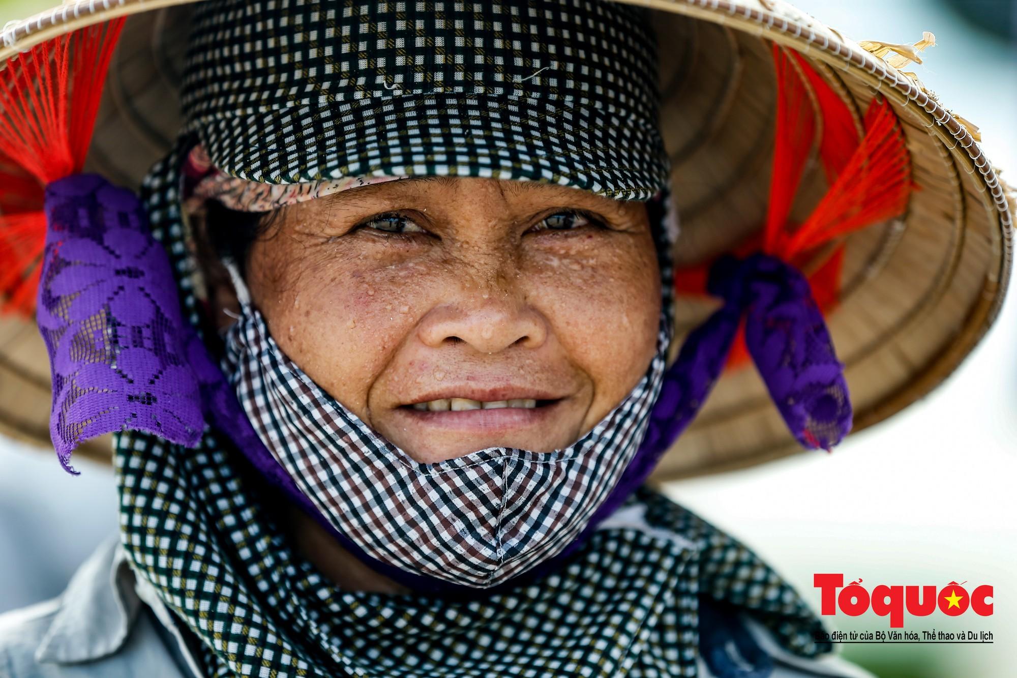 Những người phụ nữ đội lửa dọn rác trên biển Hà Long23
