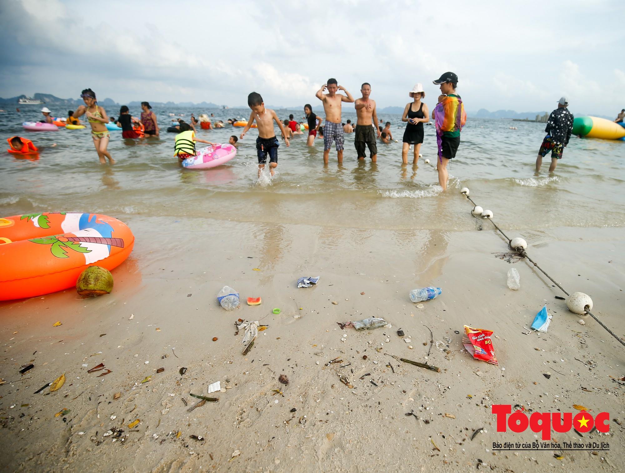 Những người phụ nữ đội lửa dọn rác trên biển Hà Long27