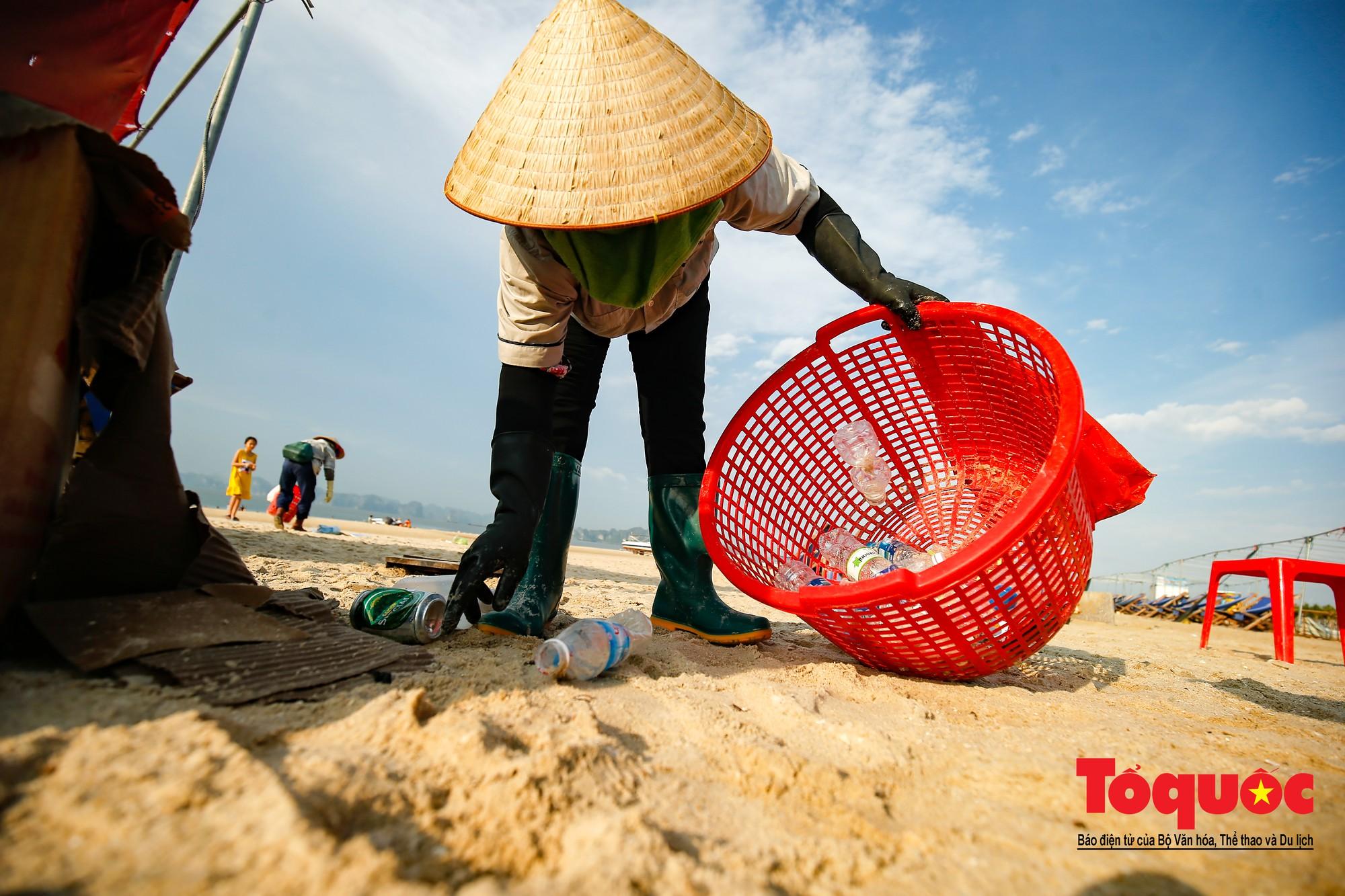 Những người phụ nữ đội lửa dọn rác trên biển Hà Long3
