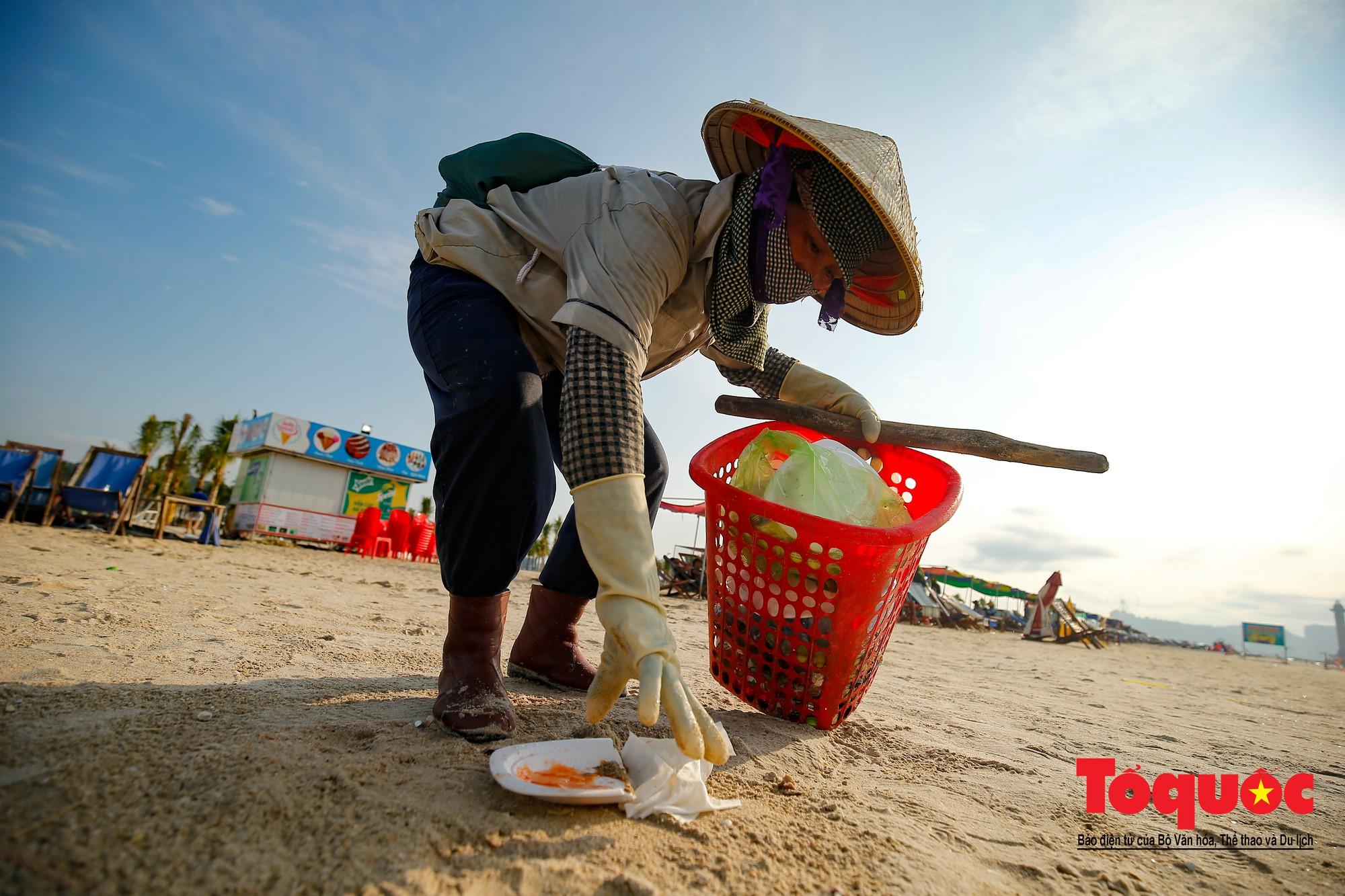 Những người phụ nữ đội lửa dọn rác trên biển Hà Long4