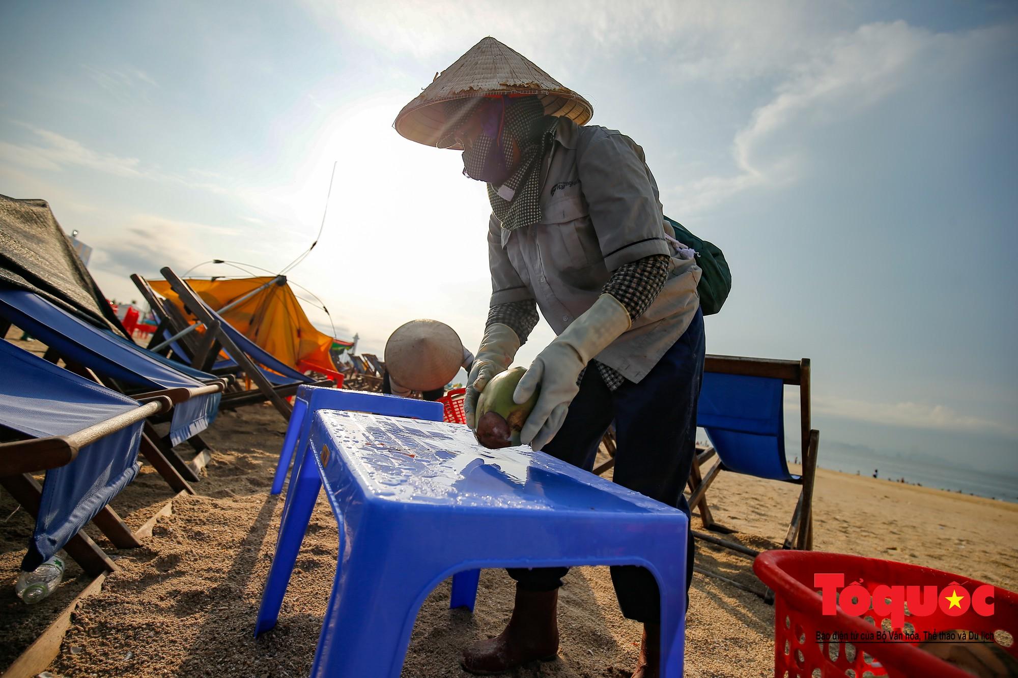 Những người phụ nữ đội lửa dọn rác trên biển Hà Long5
