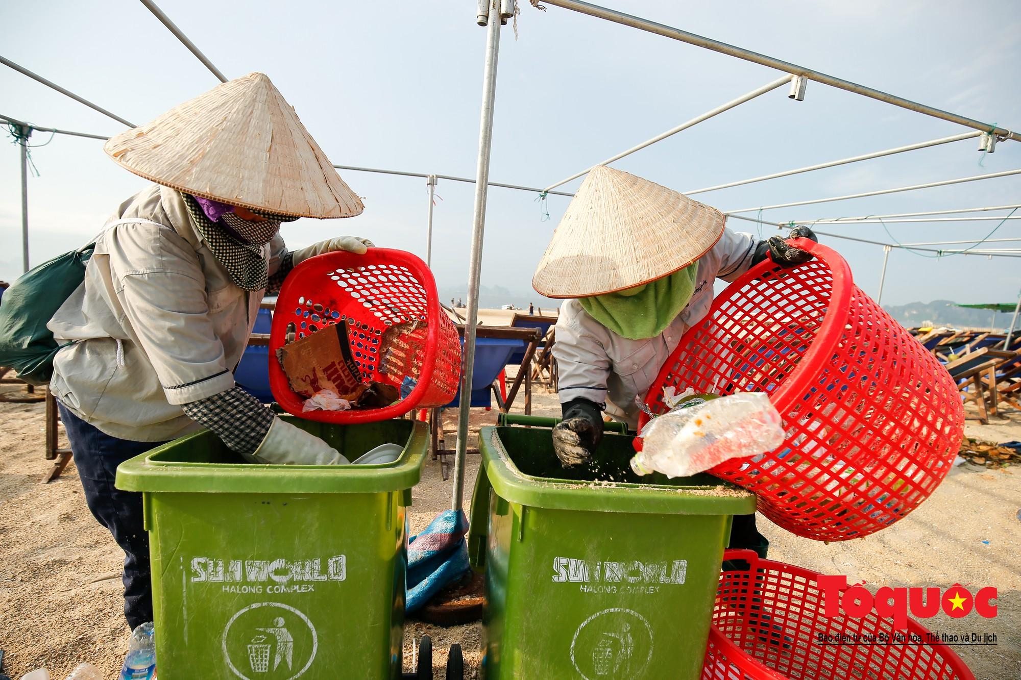 Những người phụ nữ đội lửa dọn rác trên biển Hà Long8