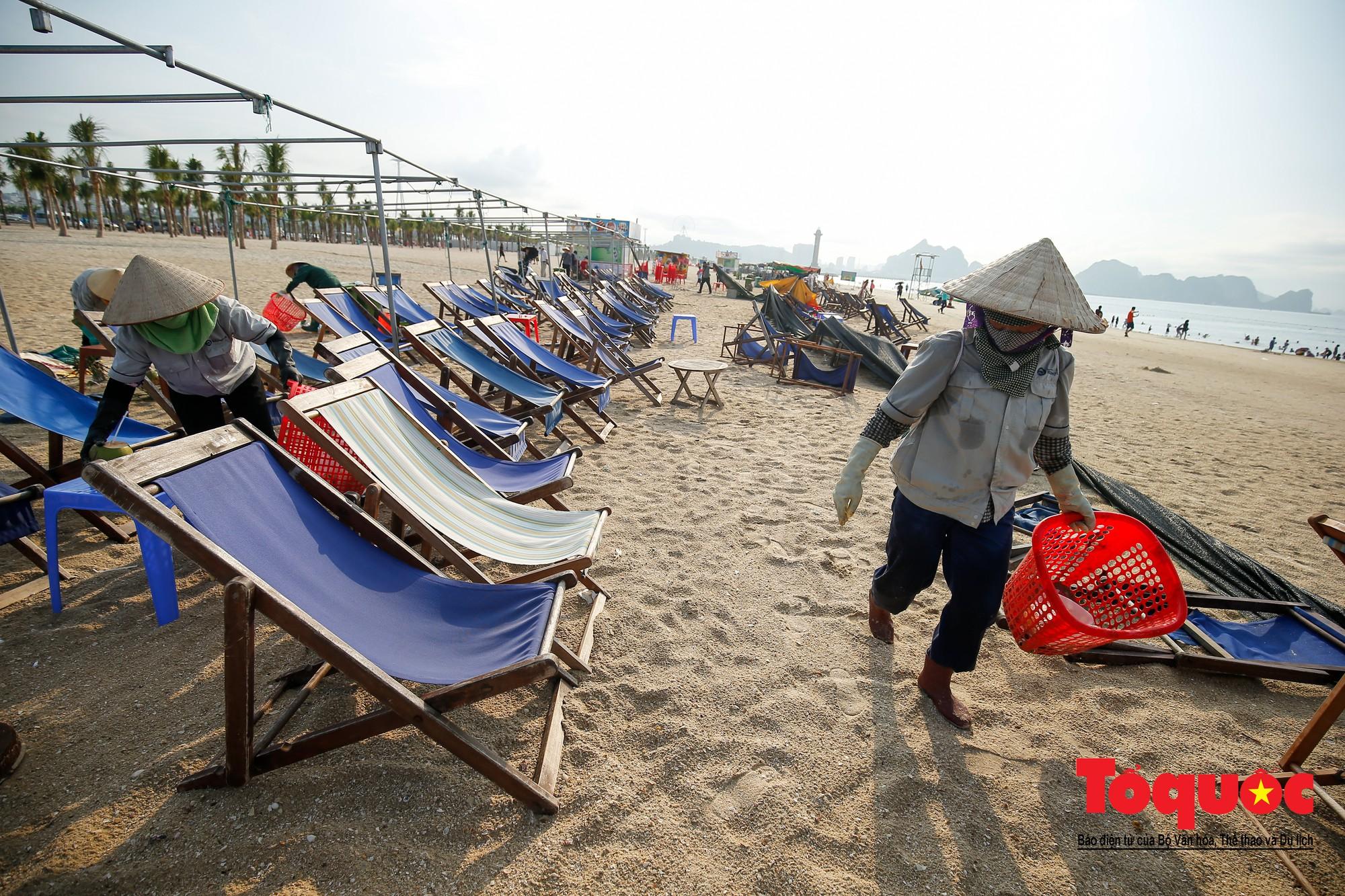 Những người phụ nữ đội lửa dọn rác trên biển Hà Long9