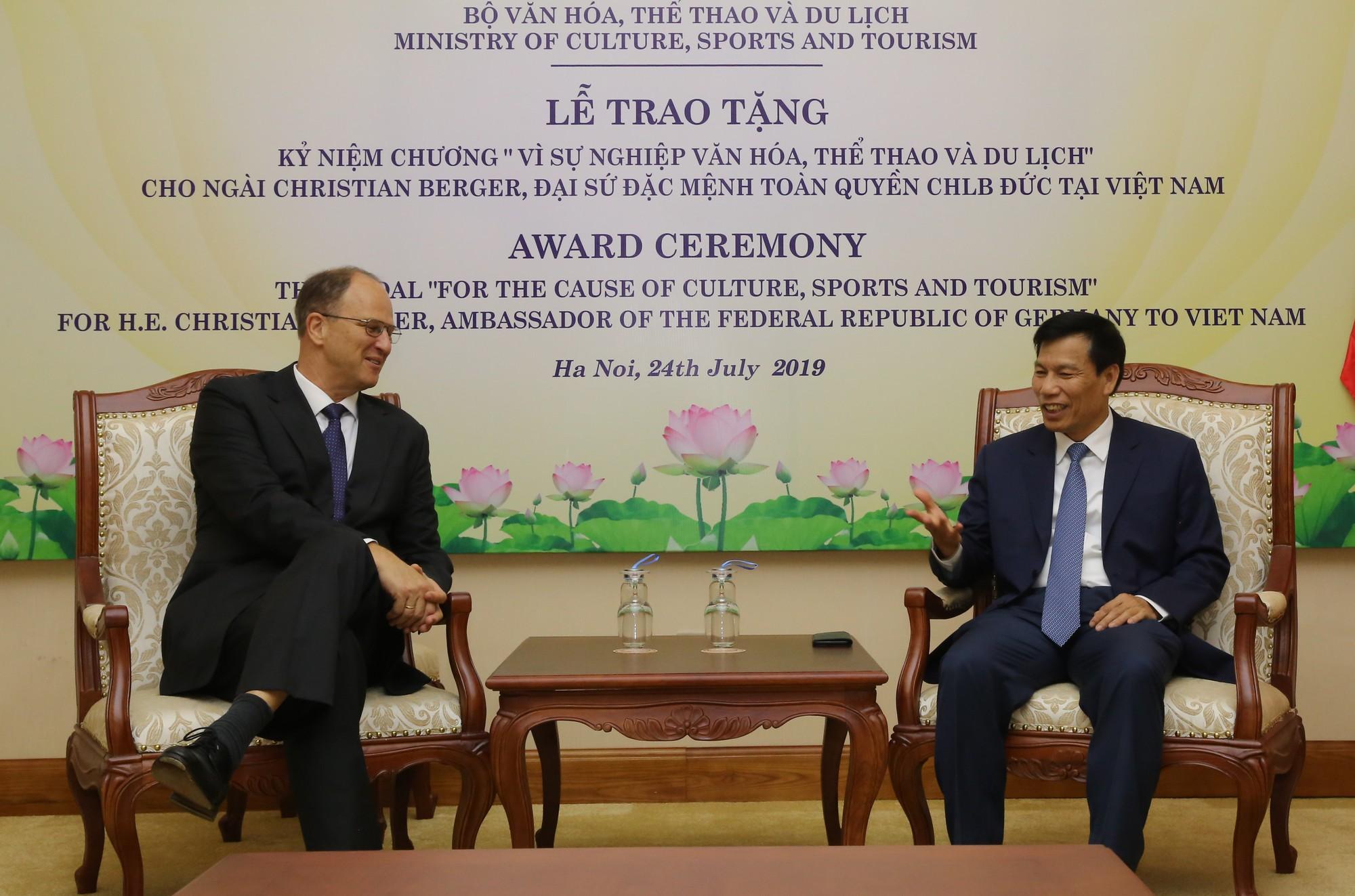 Bộ trưởng Nguyễn Ngọc Thiện ghi nhận những đóng góp của ngài Christian Berger – Đại sứ đặc mệnh toàn quyền CHLB Đức tại Việt Nam.