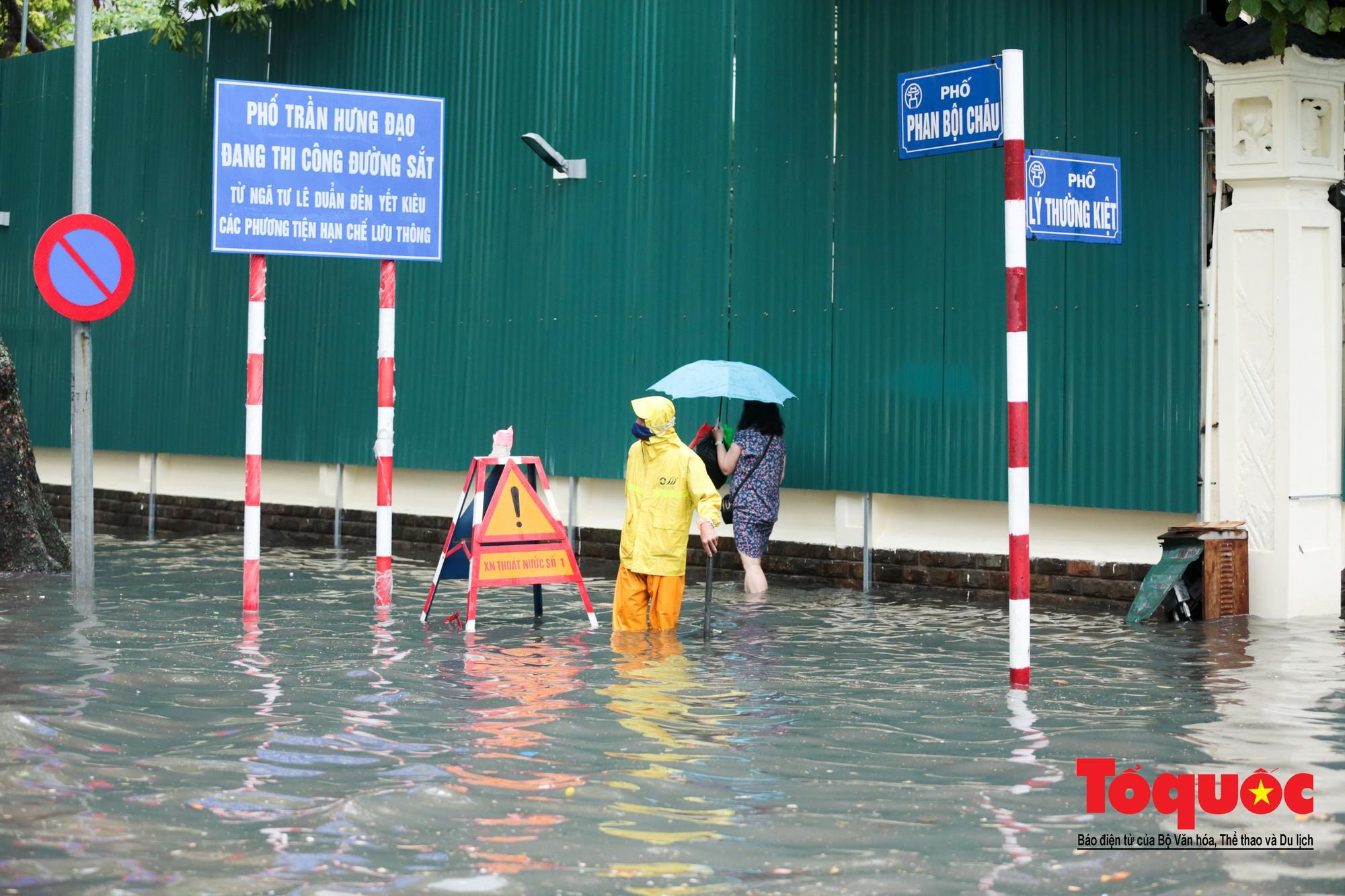 Hà Nội mưa lớn bất ngờ, nhiều tuyến đường lại ngập trong sâu biển nước1