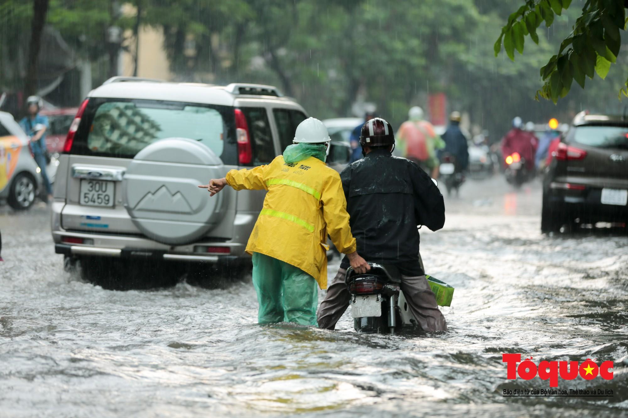 Hà Nội mưa lớn bất ngờ, nhiều tuyến đường lại ngập trong sâu biển nước11