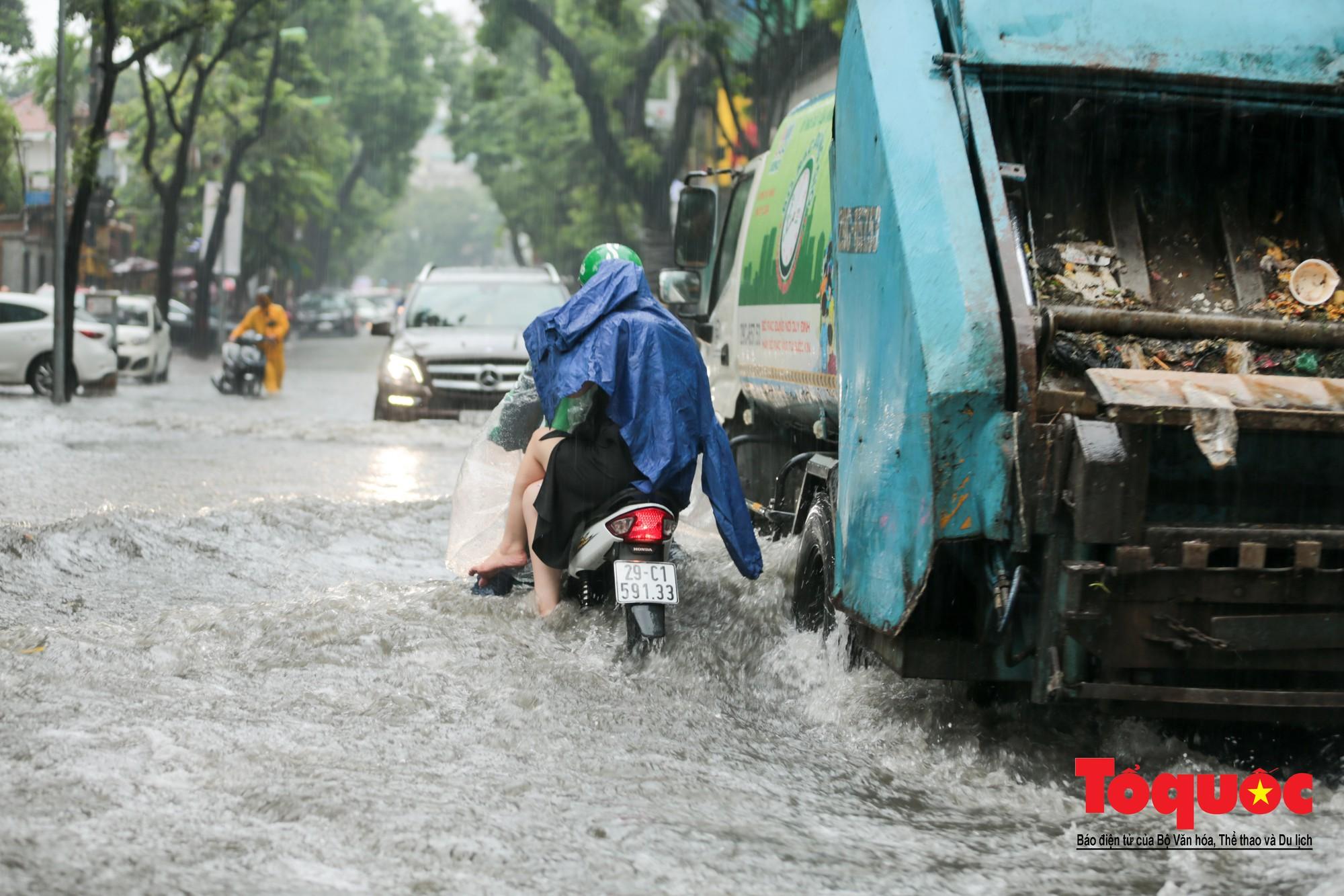 Hà Nội mưa lớn bất ngờ, nhiều tuyến đường lại ngập trong sâu biển nước13