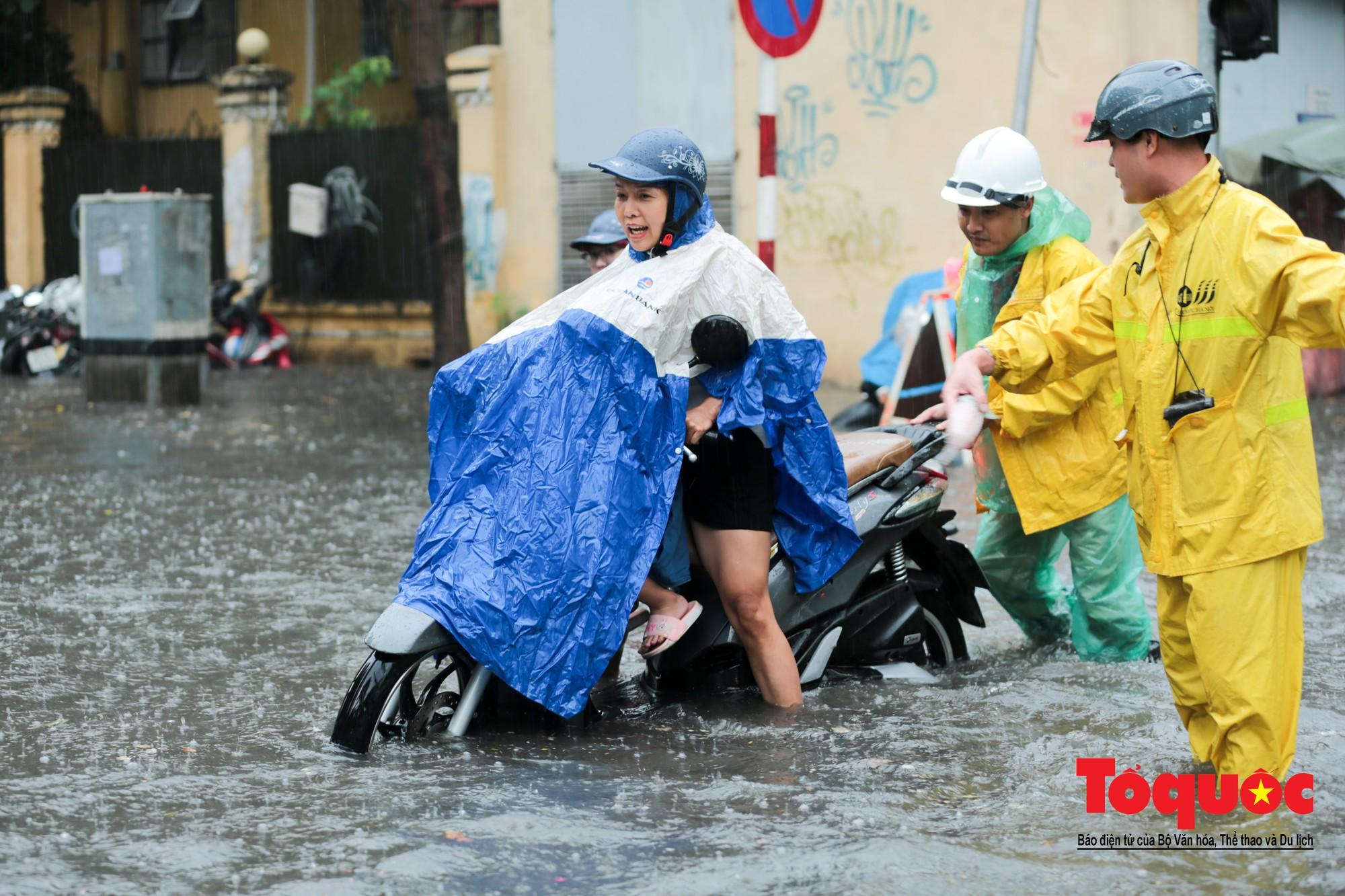Hà Nội mưa lớn bất ngờ, nhiều tuyến đường lại ngập trong sâu biển nước14