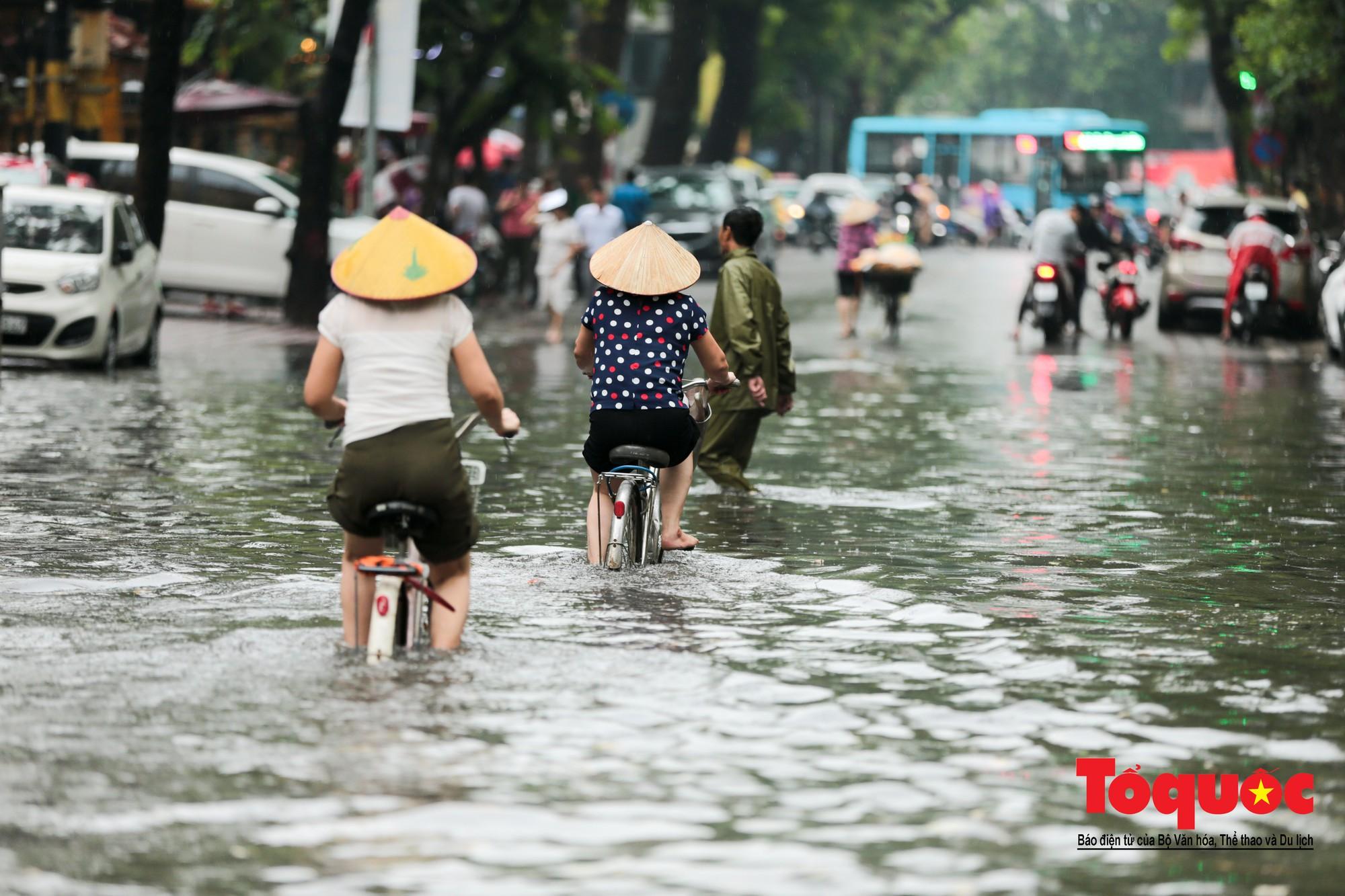 Hà Nội mưa lớn bất ngờ, nhiều tuyến đường lại ngập trong sâu biển nước2