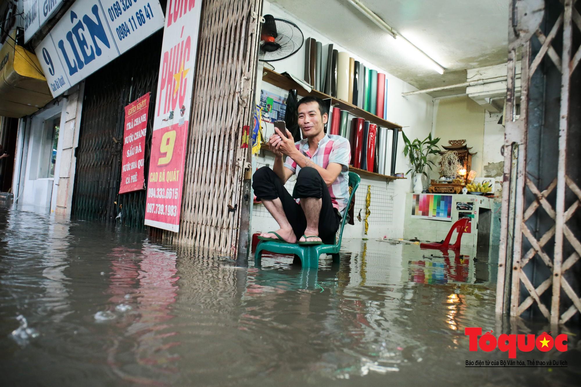 Hà Nội mưa lớn bất ngờ, nhiều tuyến đường lại ngập trong sâu biển nước24