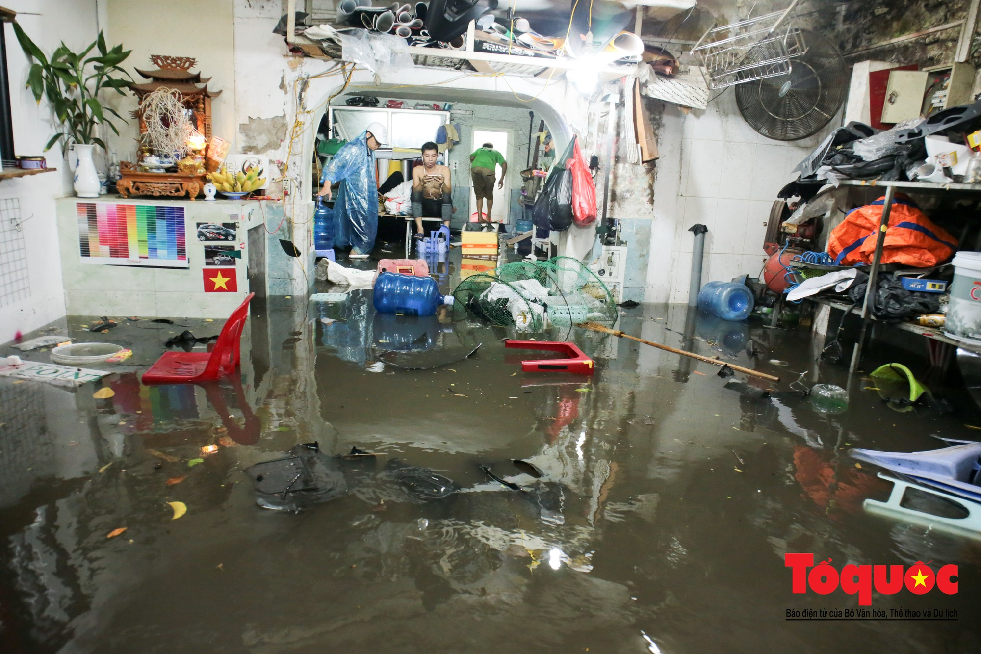 Hà Nội mưa lớn bất ngờ, nhiều tuyến đường lại ngập trong sâu biển nước25